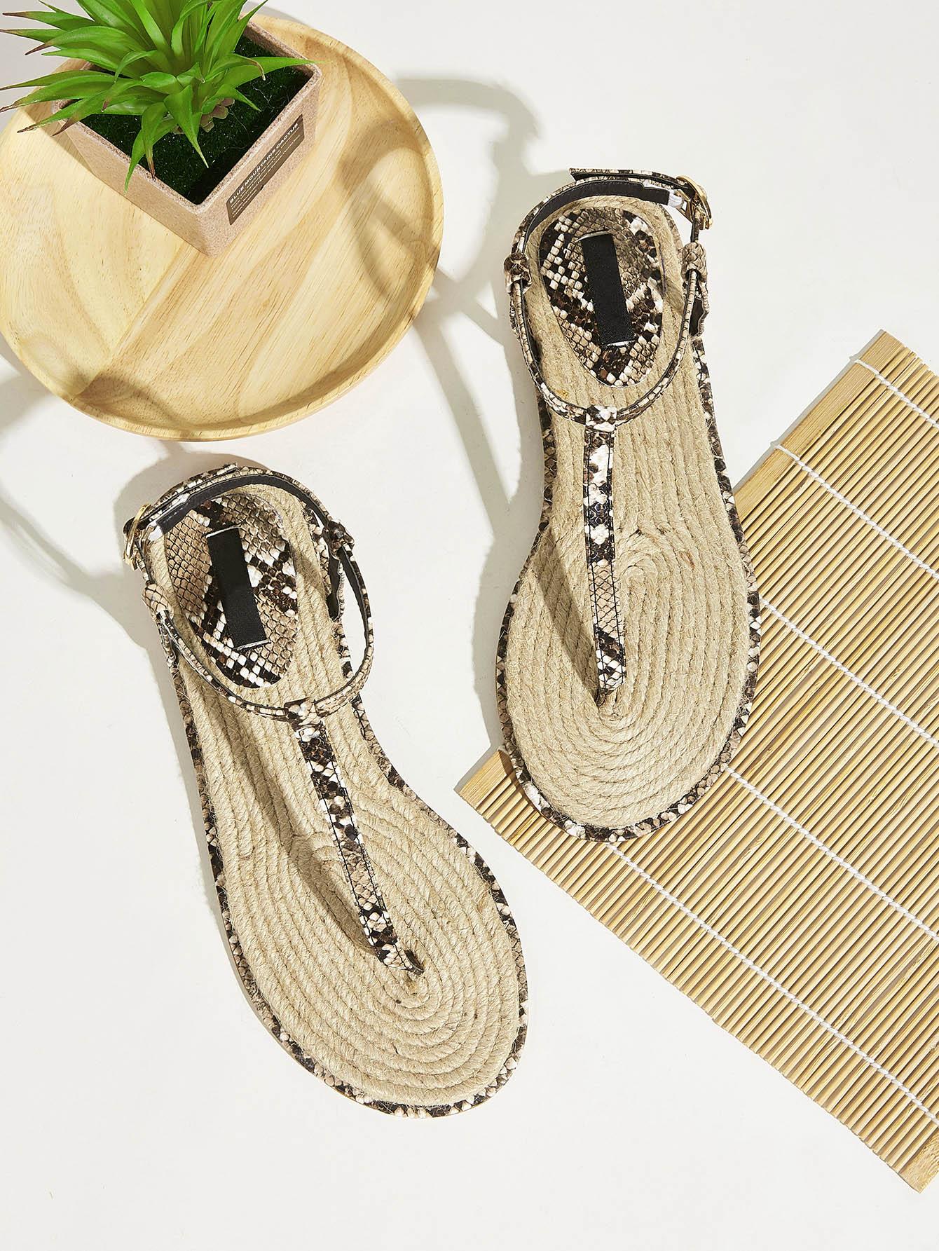 Фото - Сандалии с острым носком из змеиной кожи от SheIn цвет красочный
