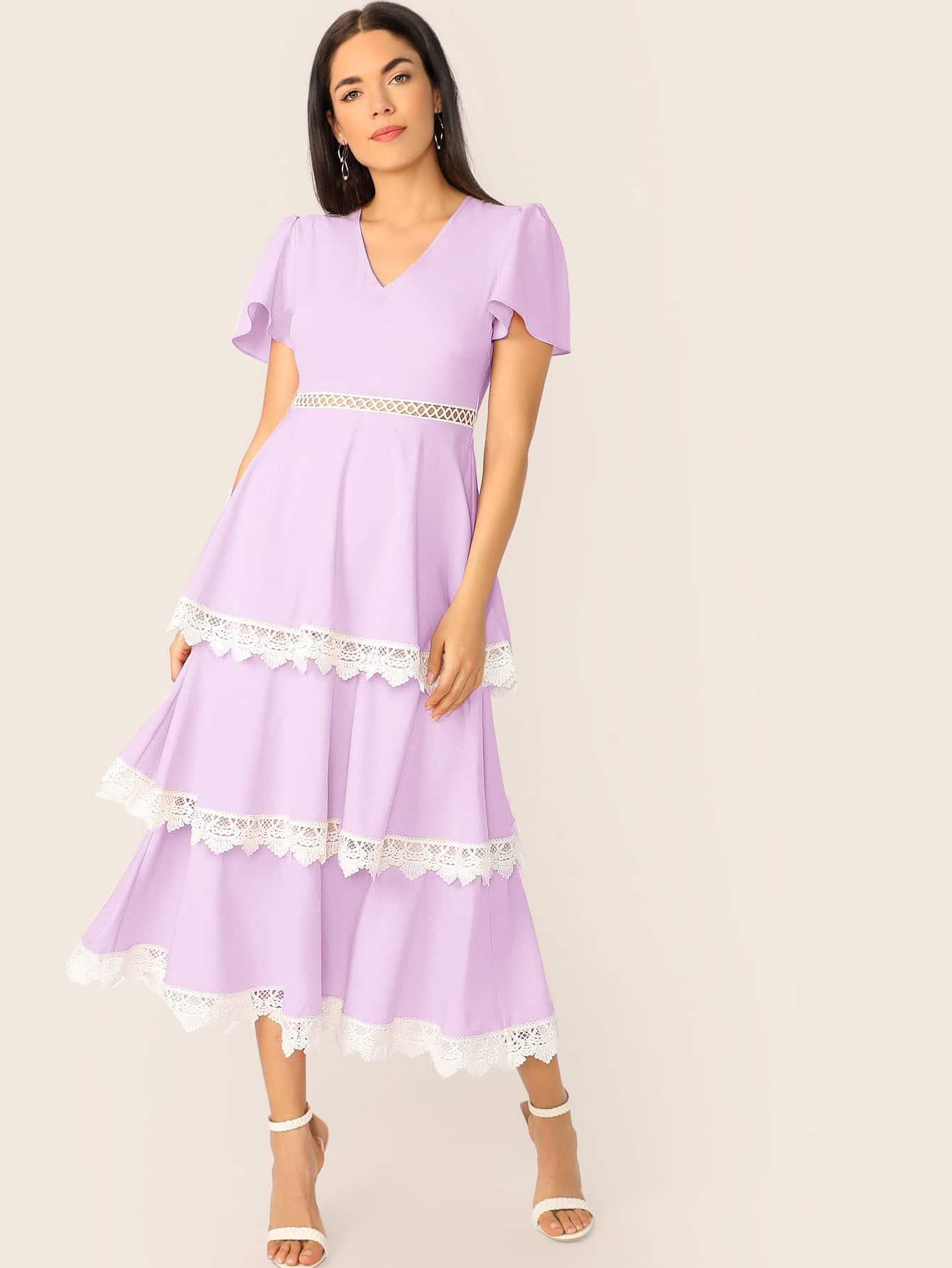 Платье с многослойными оборками и кружевной отделкой