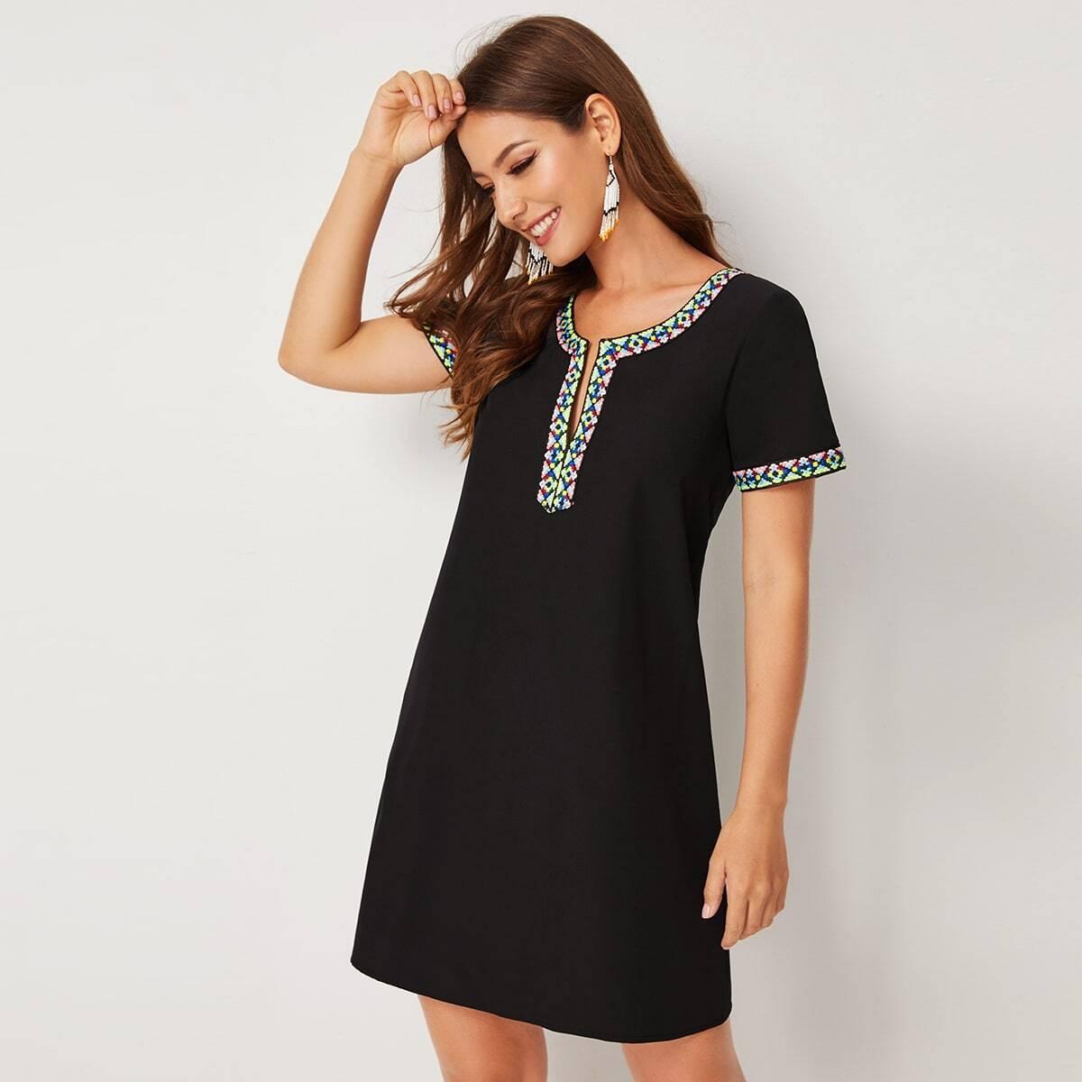 Короткое Платье С V-образным Вырезом И Отделкой Декоративной Тесьмой