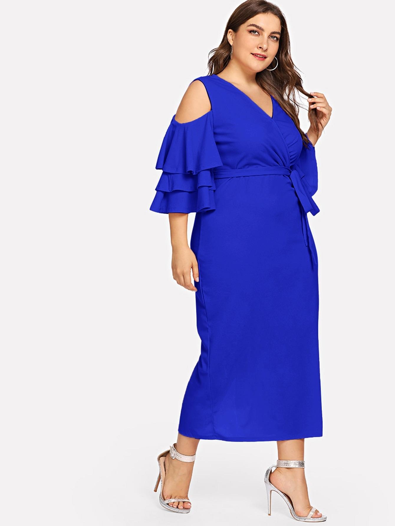 Платье-карандаш размера плюс с открытыми плечами и поясом