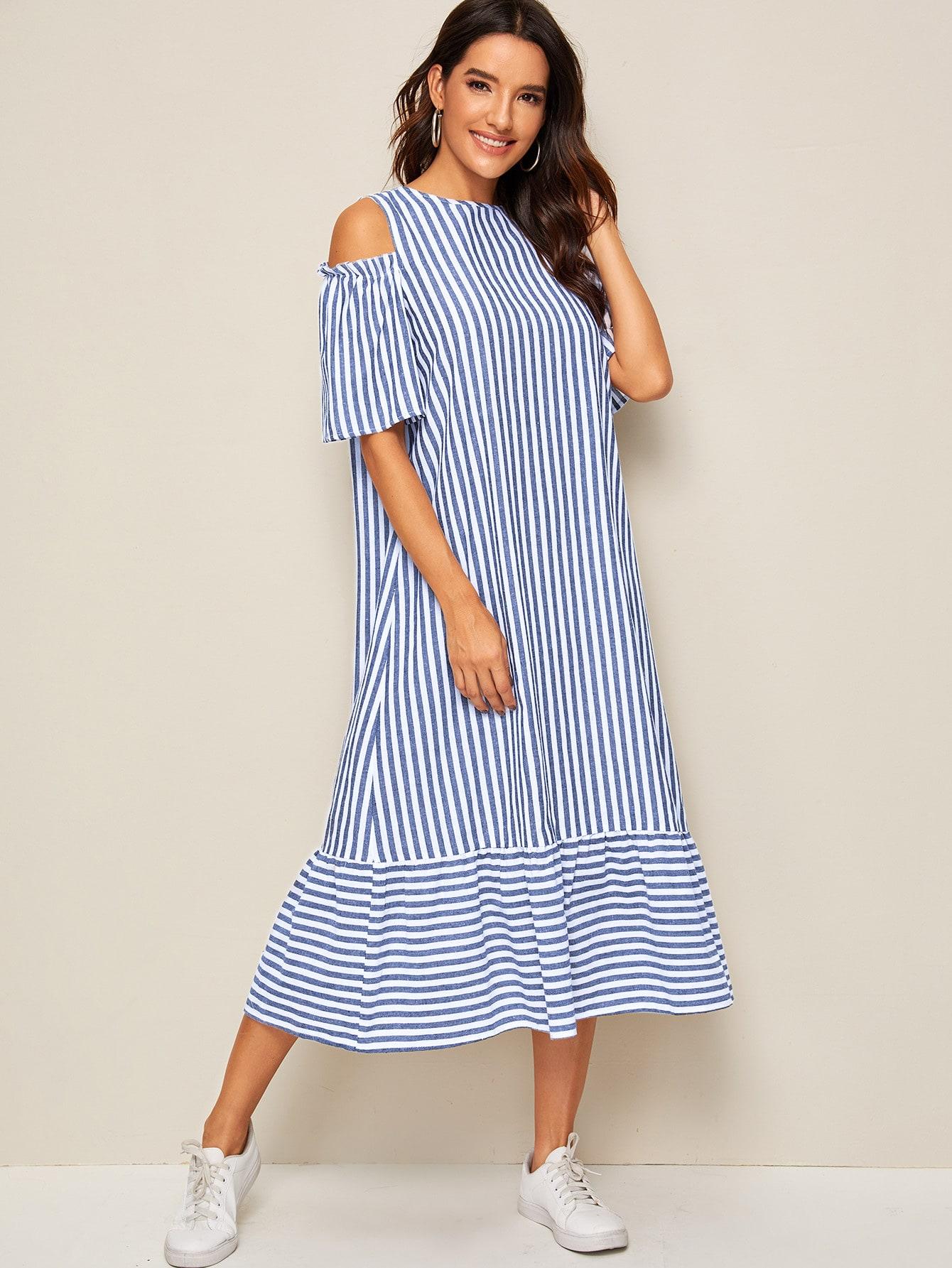 Полосатое платье с оборкой и открытым плечом