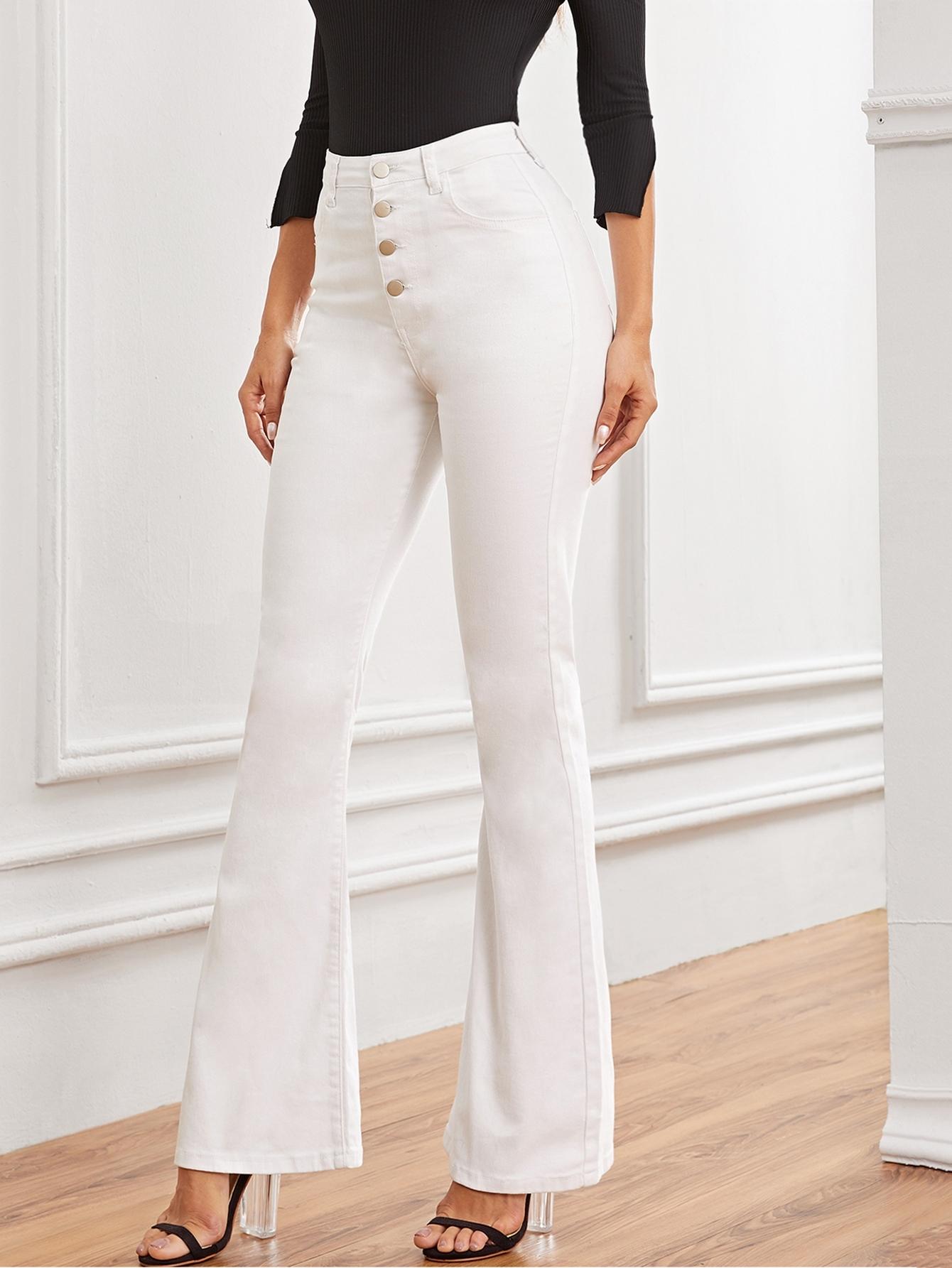 Фото - Однотонные расклешенные джинсы от SheIn белого цвета