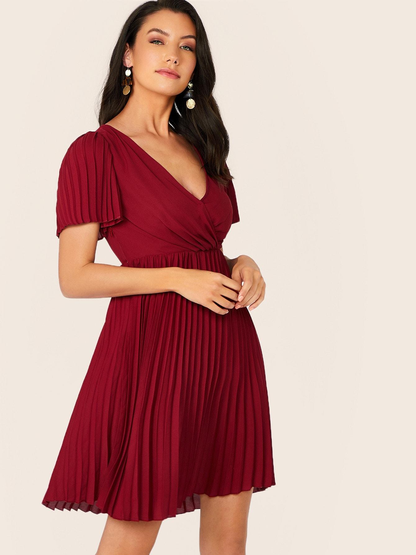 Фото - Приталенное расклешенное платье с глубоким V-образным вырезом от SheIn цвет бургундия
