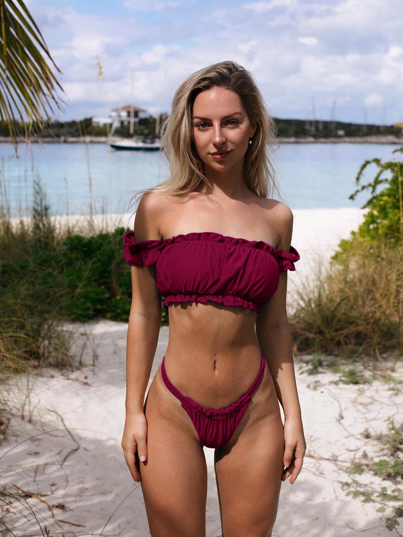 Фото - Купальник в две штуки с открытыми плечами и рюшами от SheIn бордового цвета