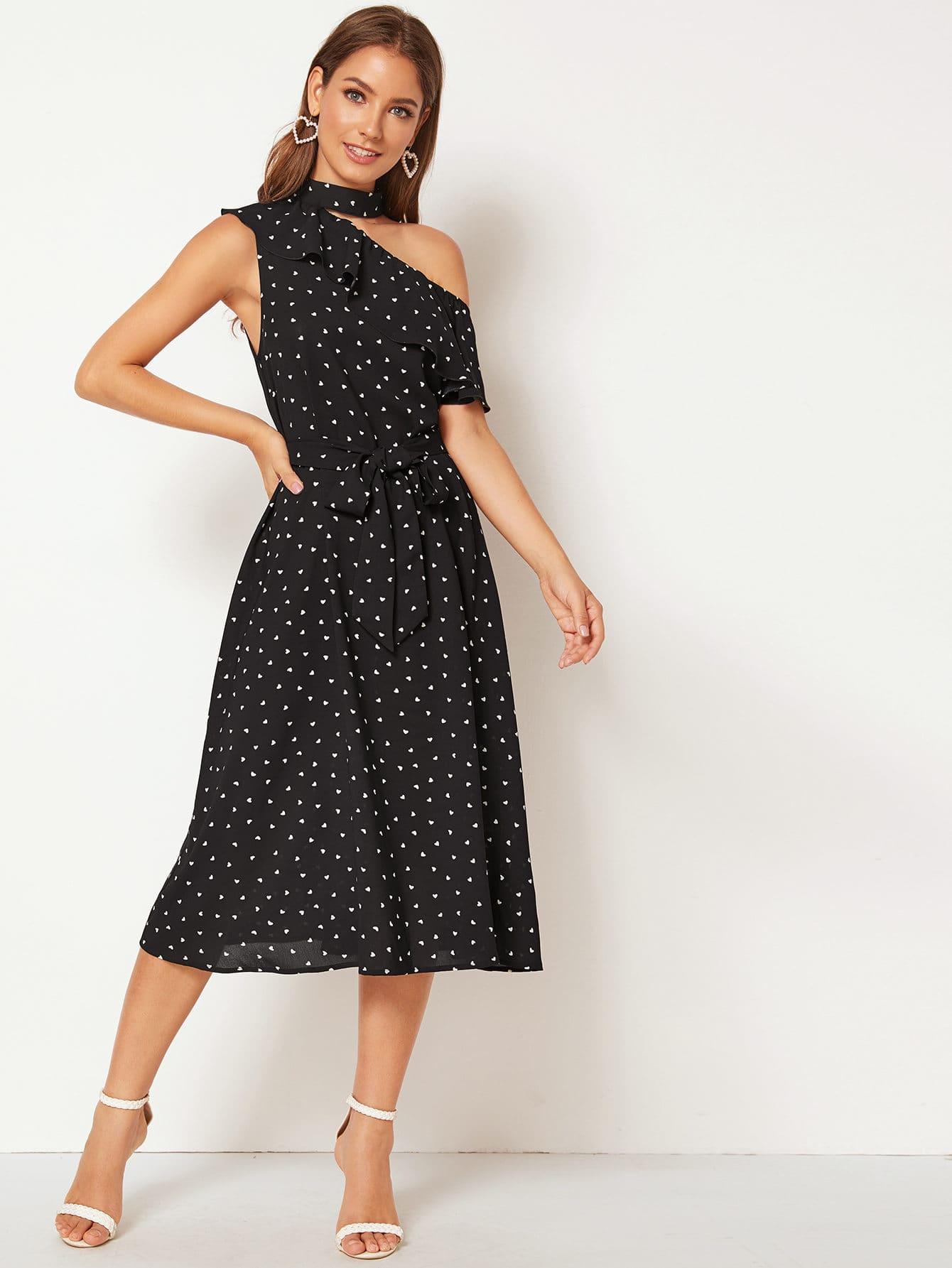 Фото - Платье с асимметричным воротником, оборкой и графическим принтом от SheIn цвет чёрные