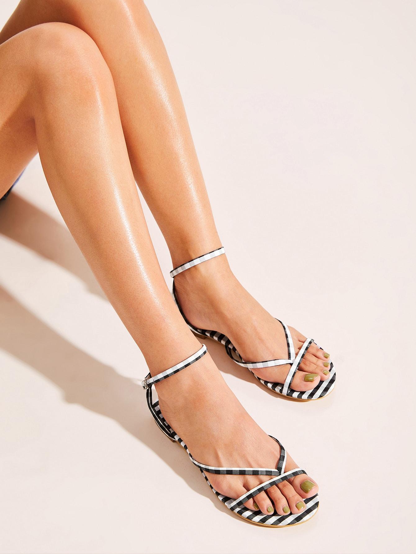 Фото - Сандалии на плоской подошве с открытым носком и ремешком от SheIn цвет красочный