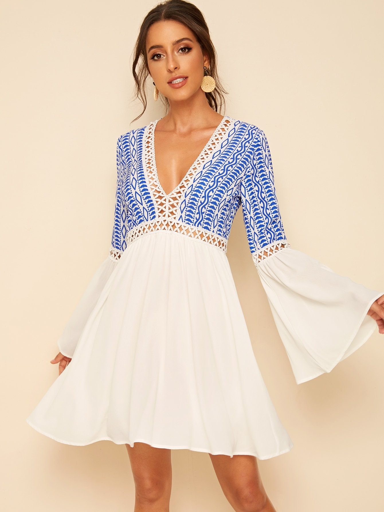 Фото - Платье с графическим принтом, оригинальным рукавом и глубоким V-образным вырезом от SheIn цвет многоцветный