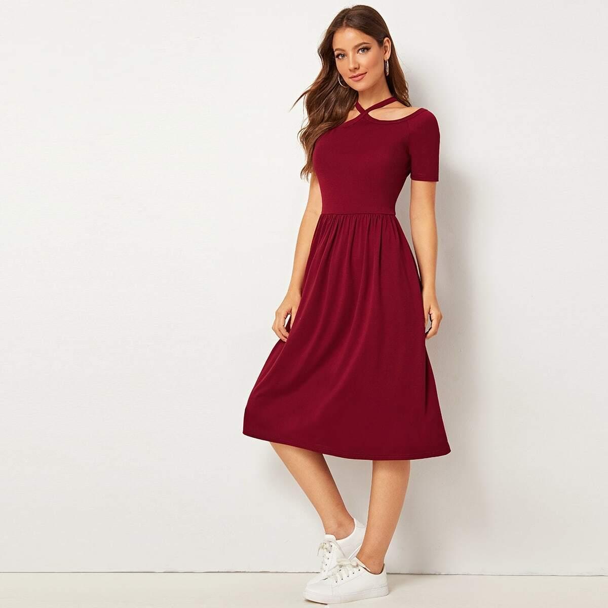 Приталенное расклешенное платье с халтером