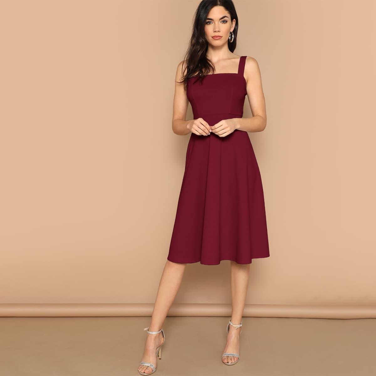 Однотонное приталенное расклешенное платье Image