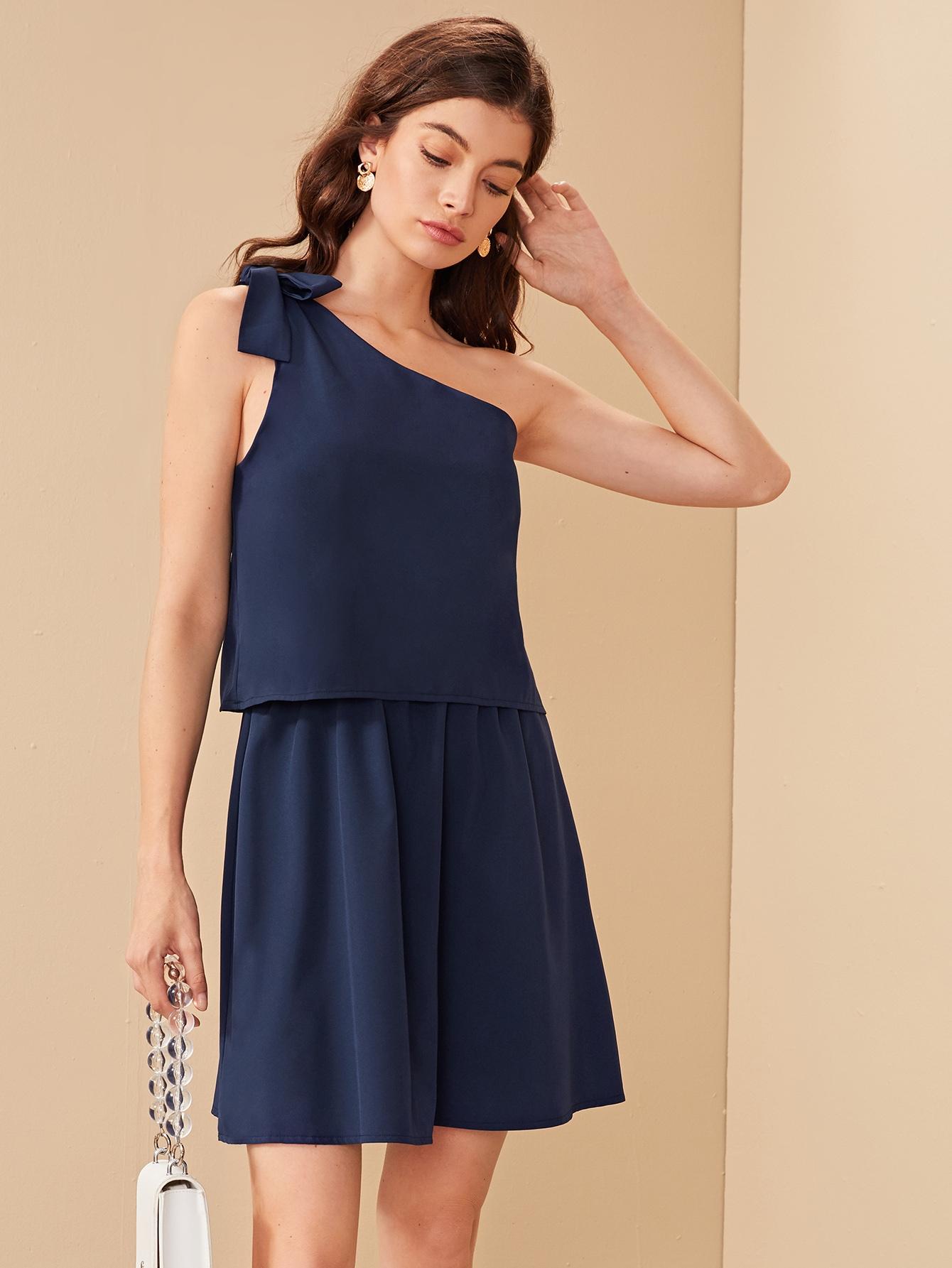 Однотонное платье на одно плечо с узлом