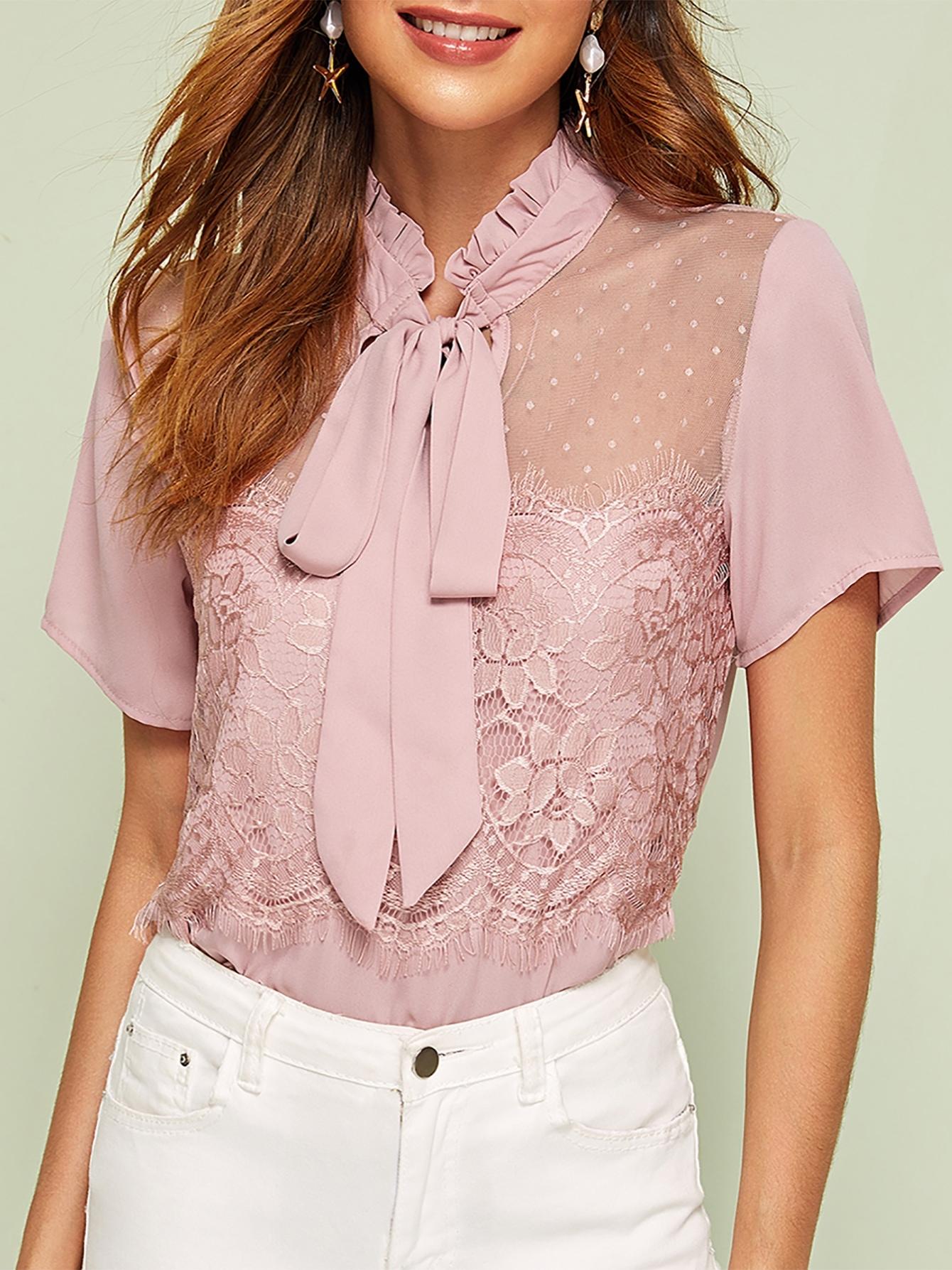 Фото - Кружевная блуза с воротником-бантом от SheIn розового цвета