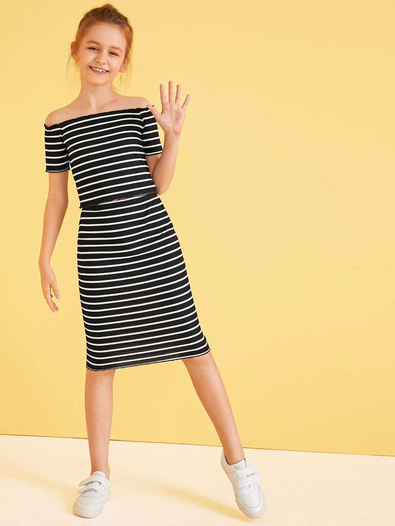 Фото - Юбку и топ в полоску с открытыми плечами для девочек от SheIn черного цвета