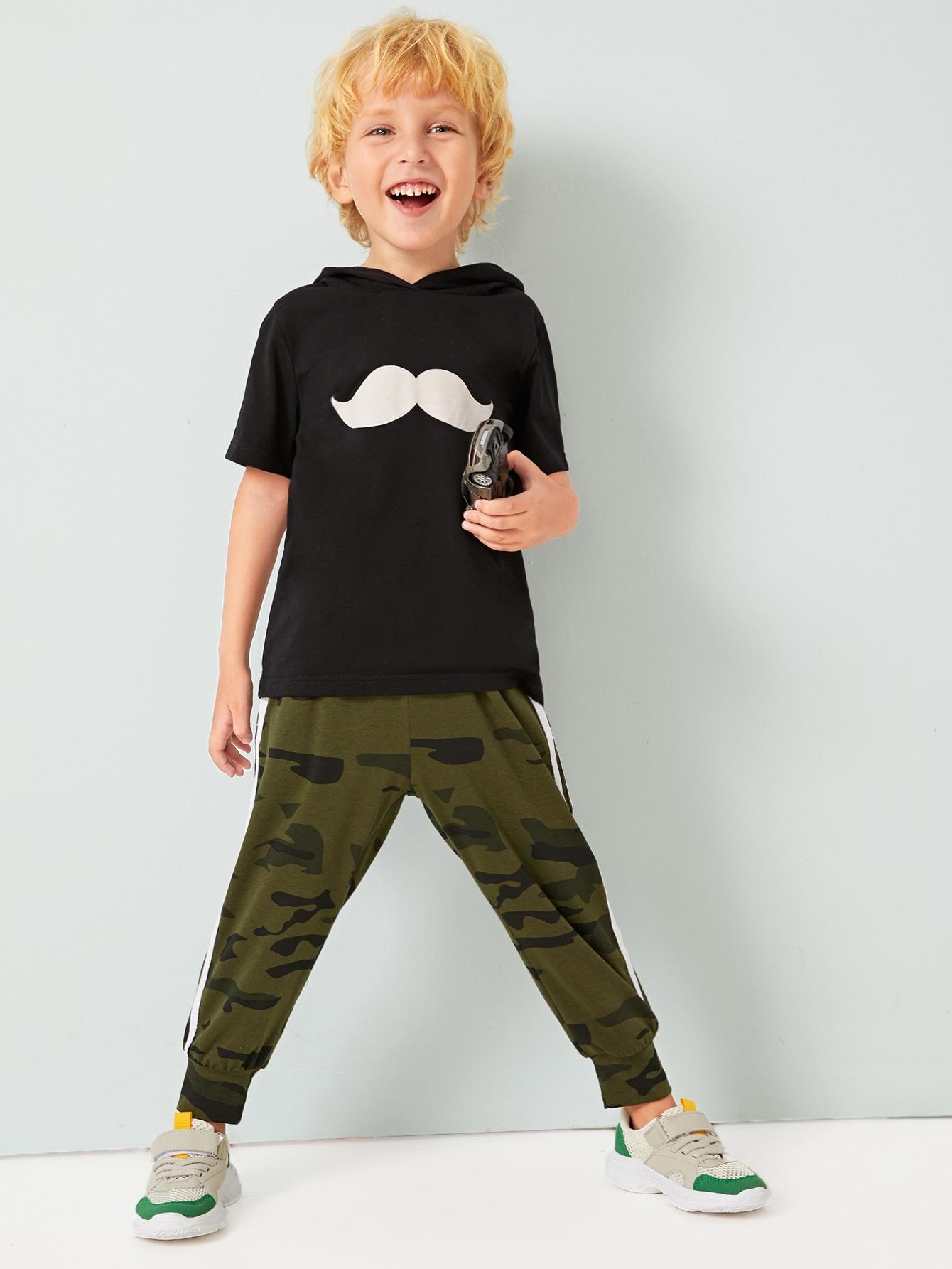 Футболка с капюшоном, графическим принтом и камуфляжные спортивные брюки для мальчиков от SheIn