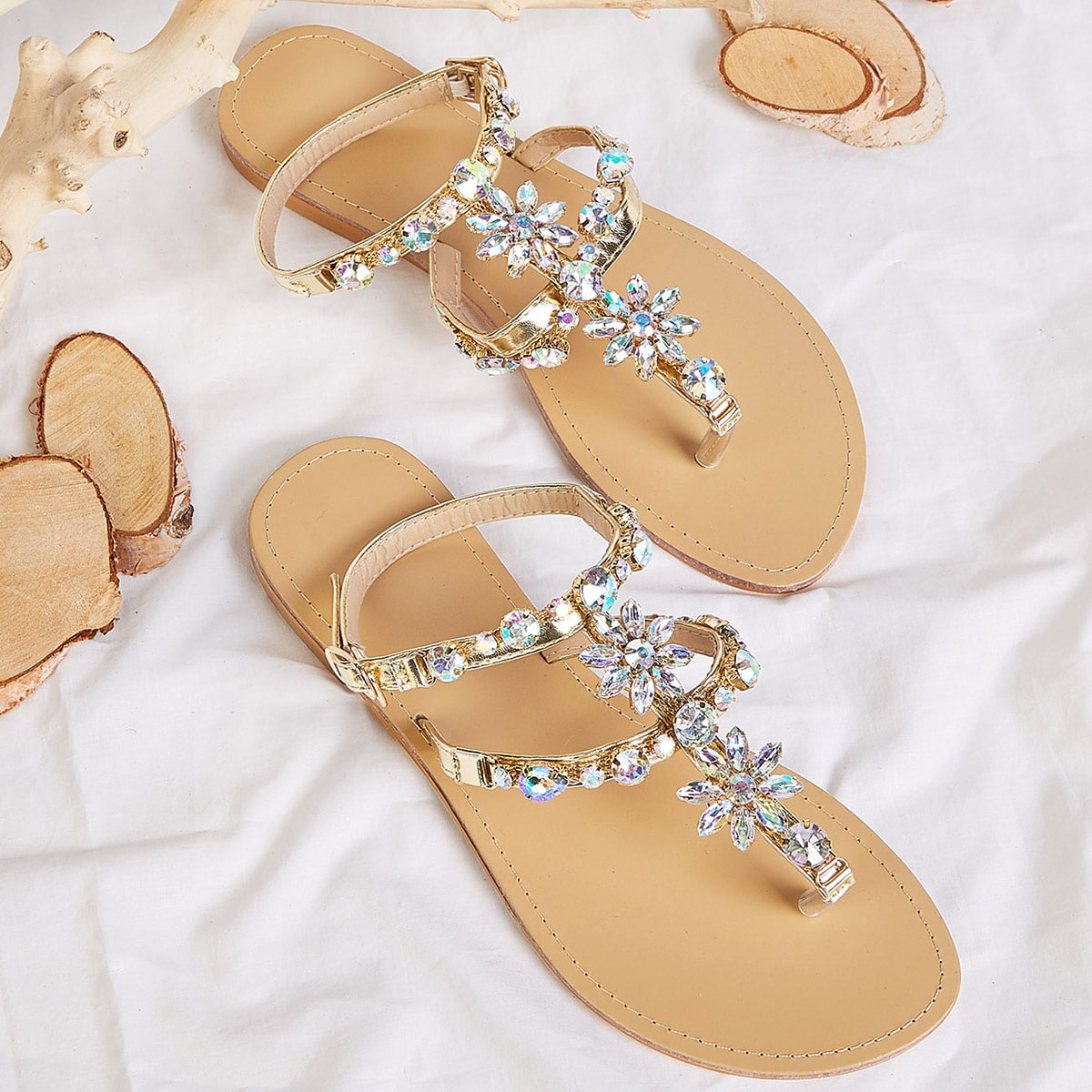 SHEIN / Sandalias chancletas con diseño de joya