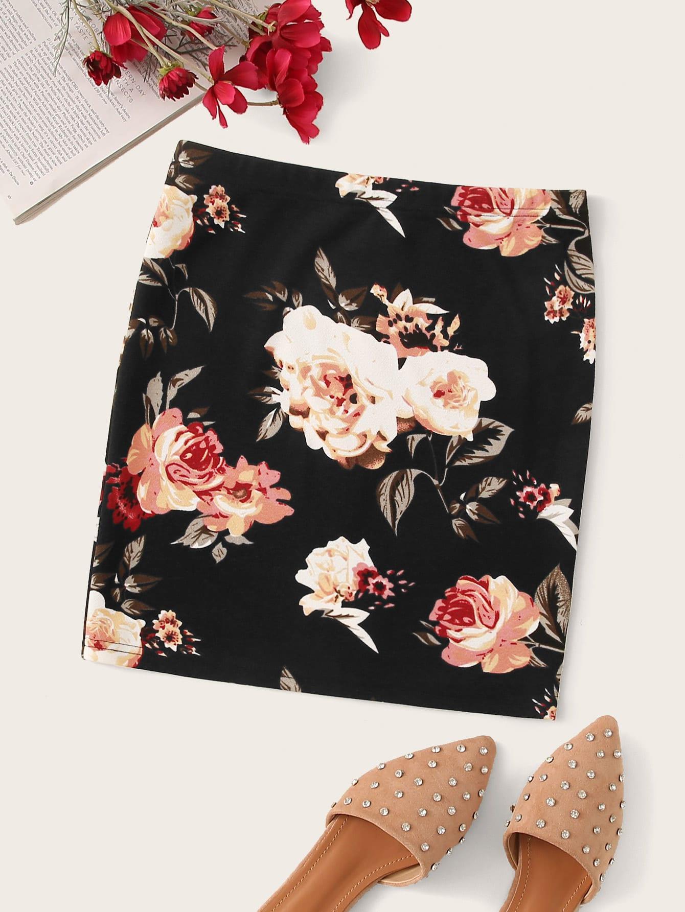 Фото - Облегающая юбка с цветочным принтом от SheIn черного цвета