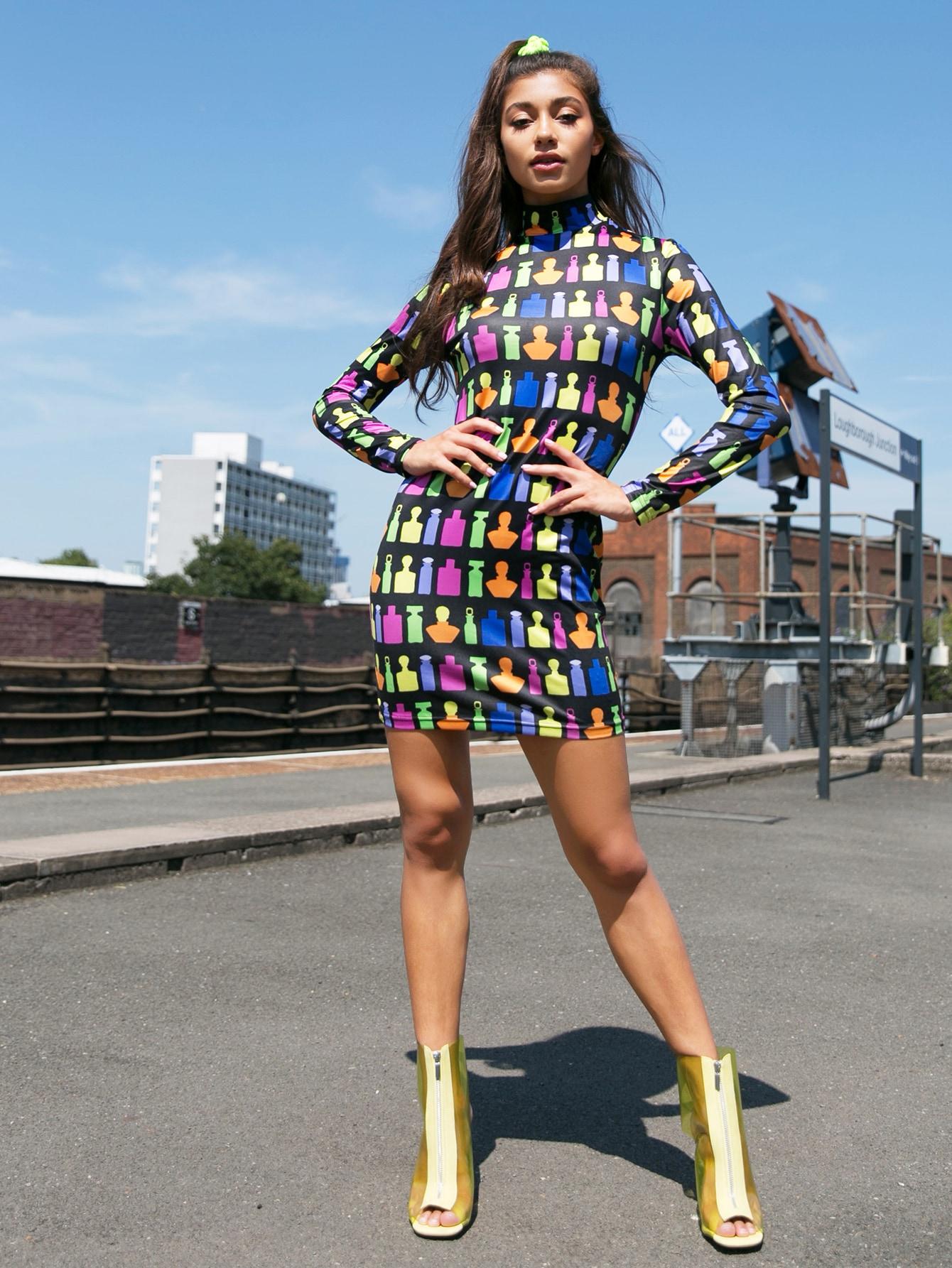 Фото - Приталенное платье с графическим принтом и воротником-стойка от SheIn цвет многоцветный
