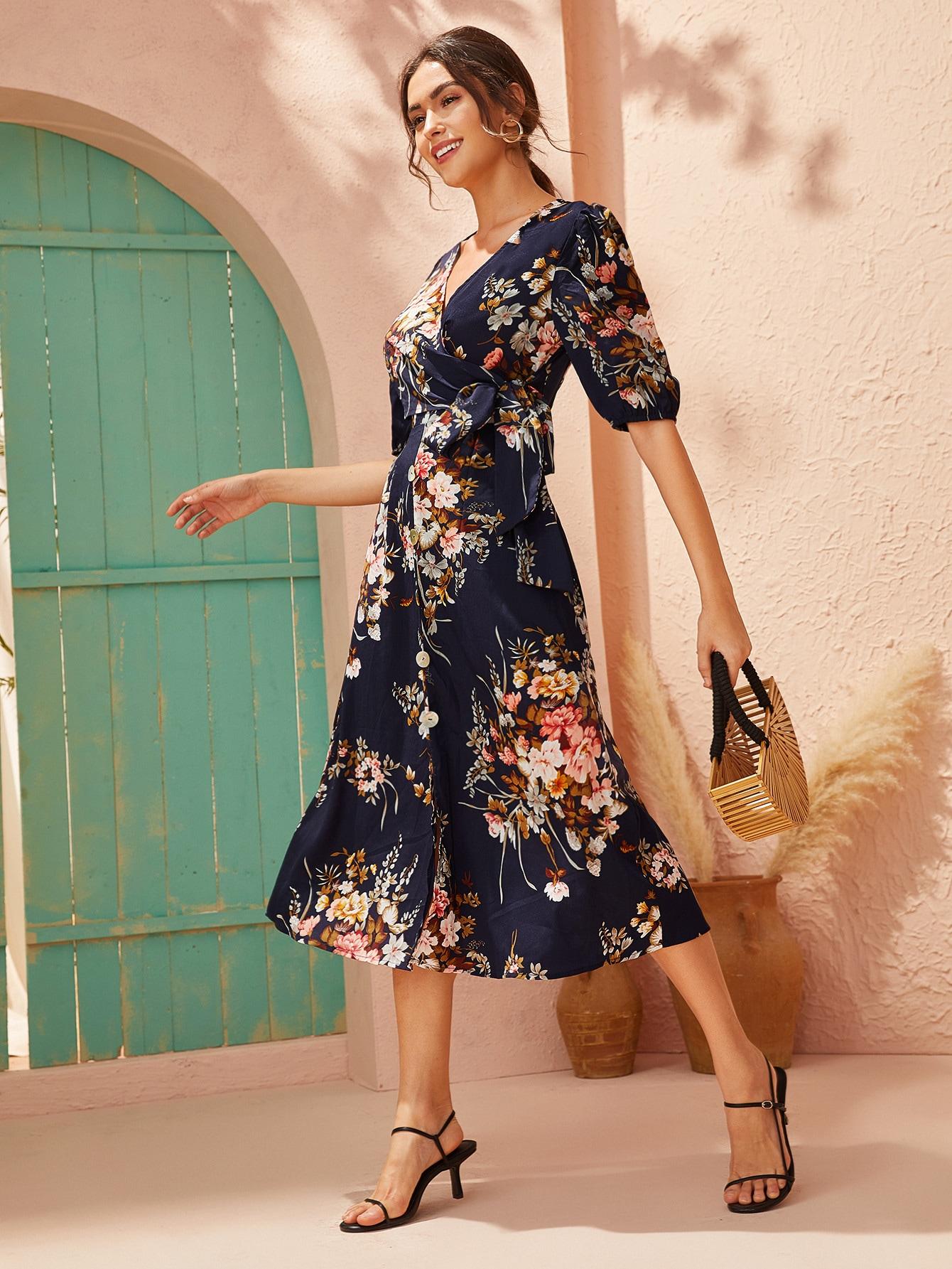 Стильное платье с цветочным принтом и поясом