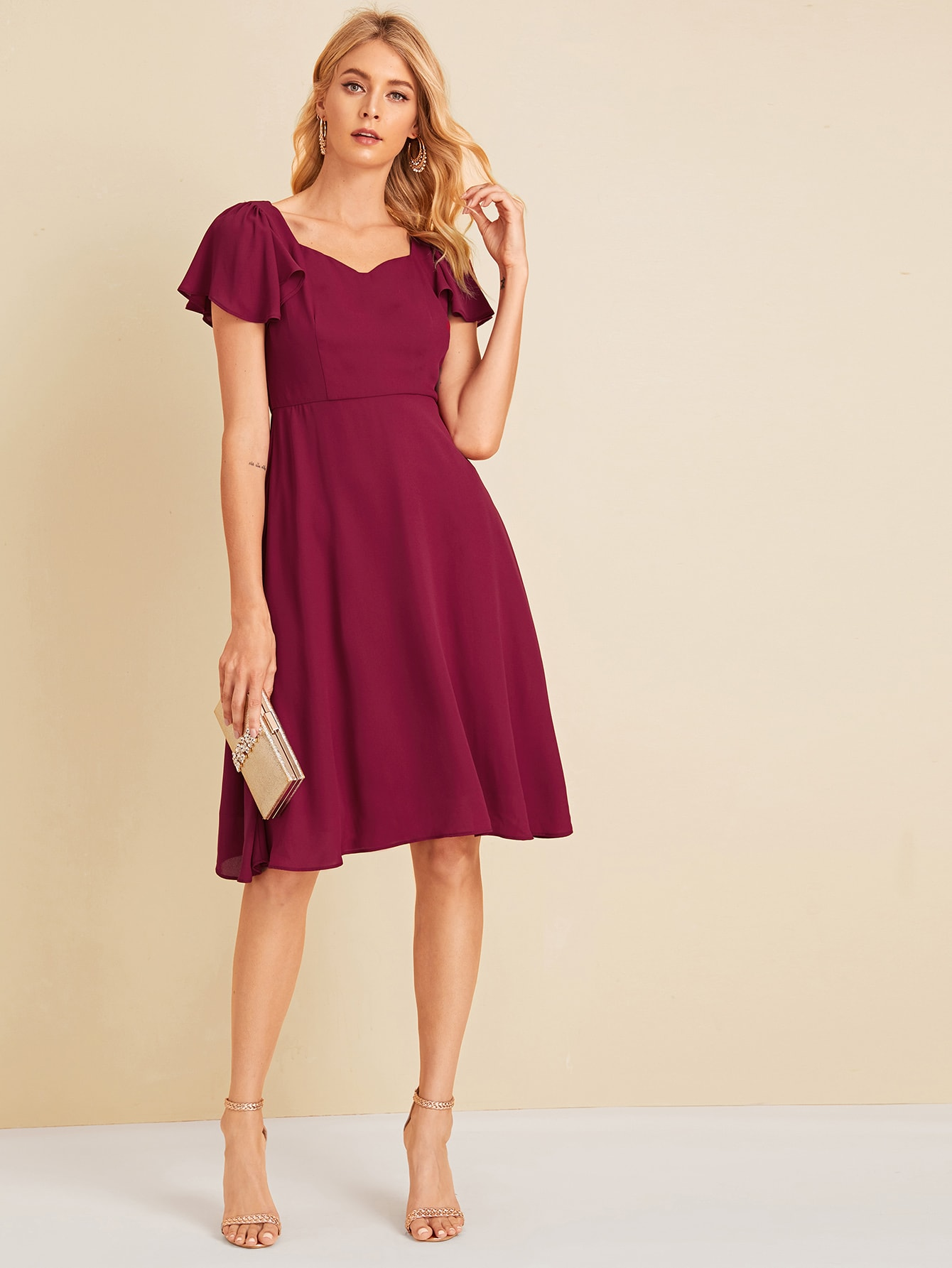 Фото - Приталенное расклешенное платье с оригинальным рукавом и вырезом-сердечко от SheIn цвет бургундия