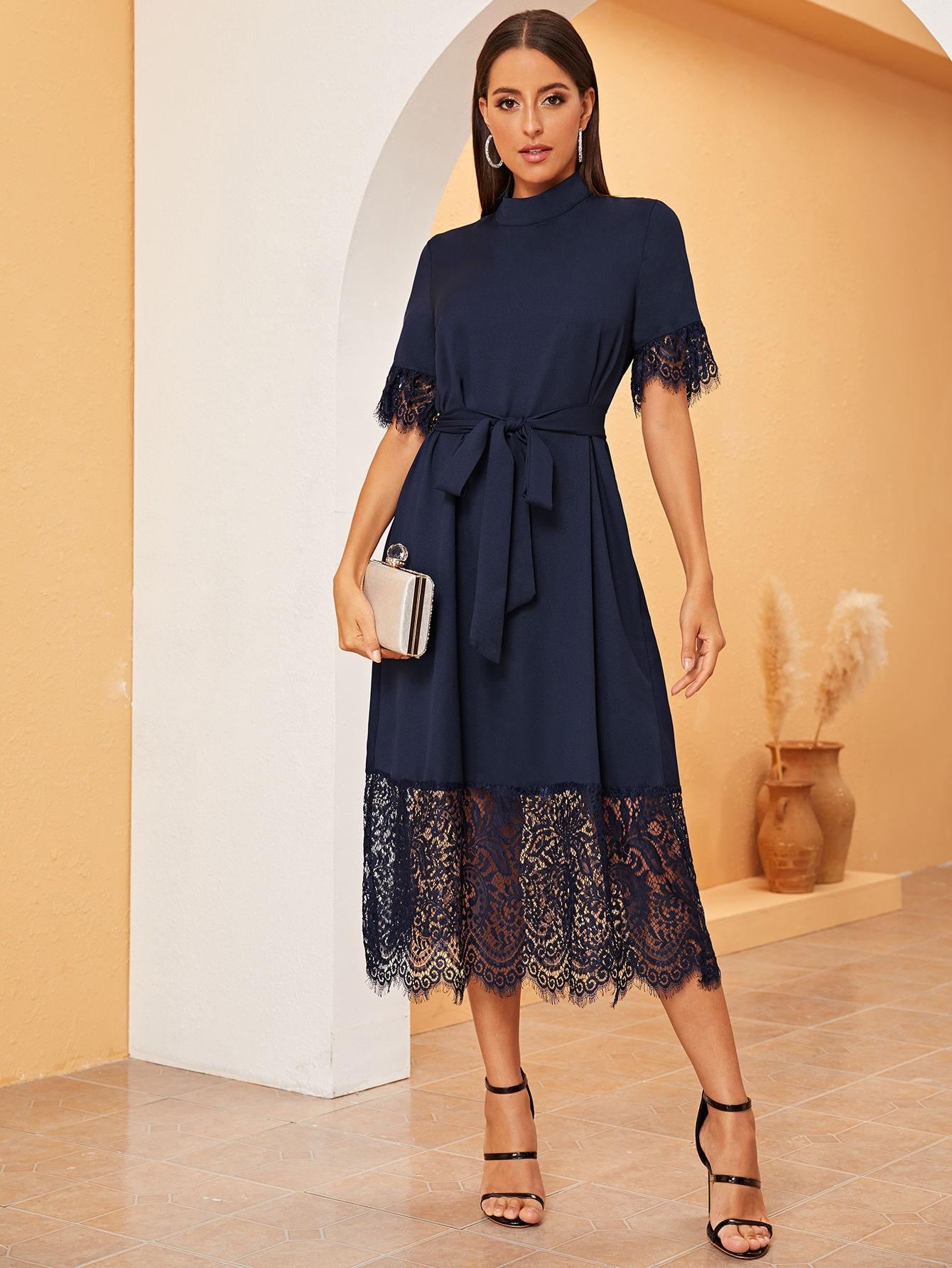 Однотонное платье с кружевным низом и поясом