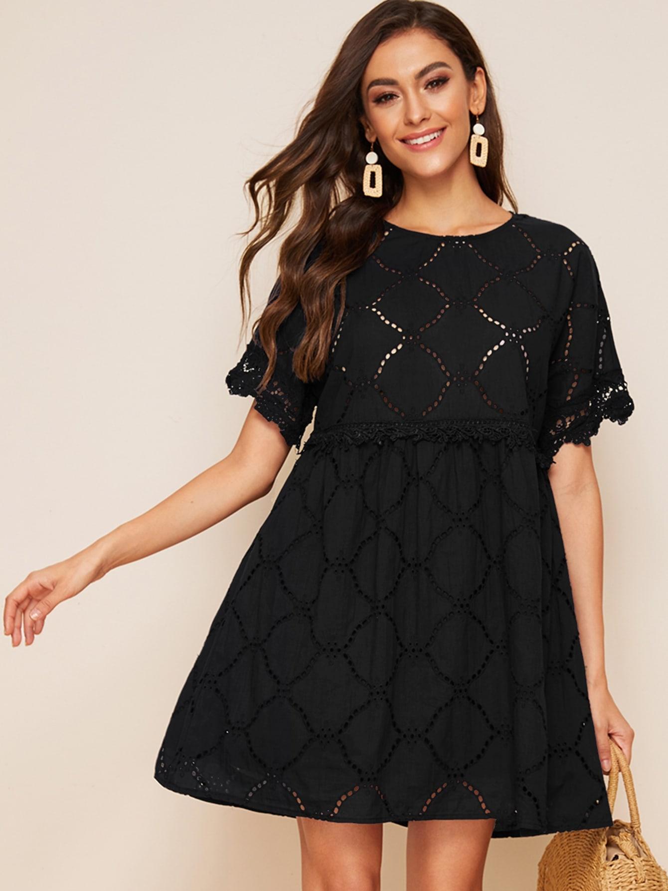 Стильное платье с кружевной отделкой
