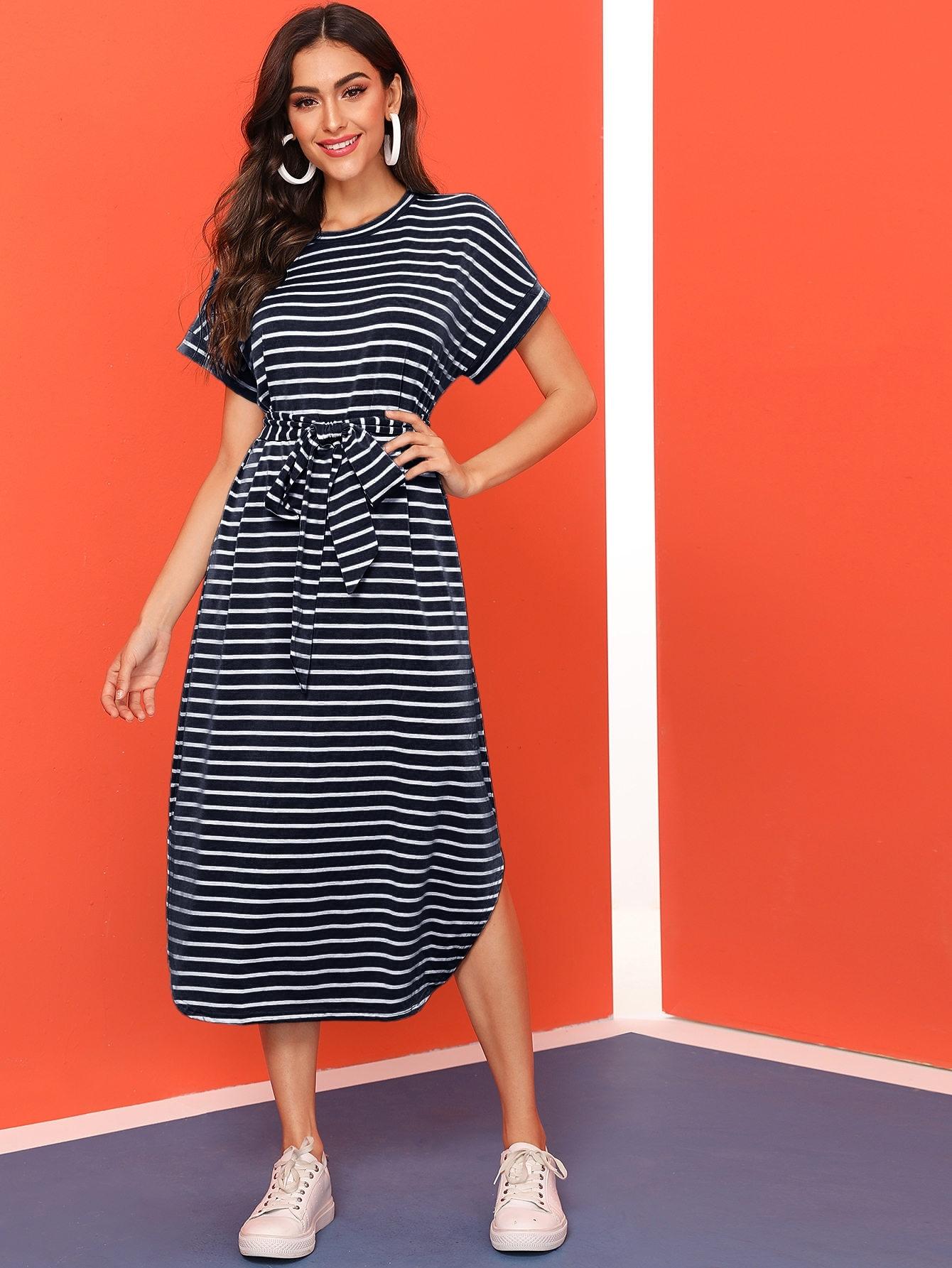 Платье в полоску с разрезом и поясом