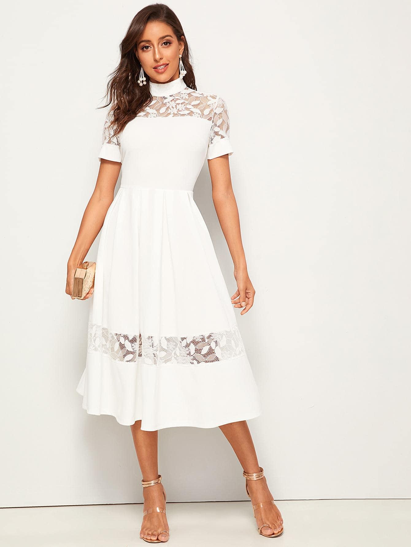 Расклешенное платье с воротником-стойкой и кружевной вставкой
