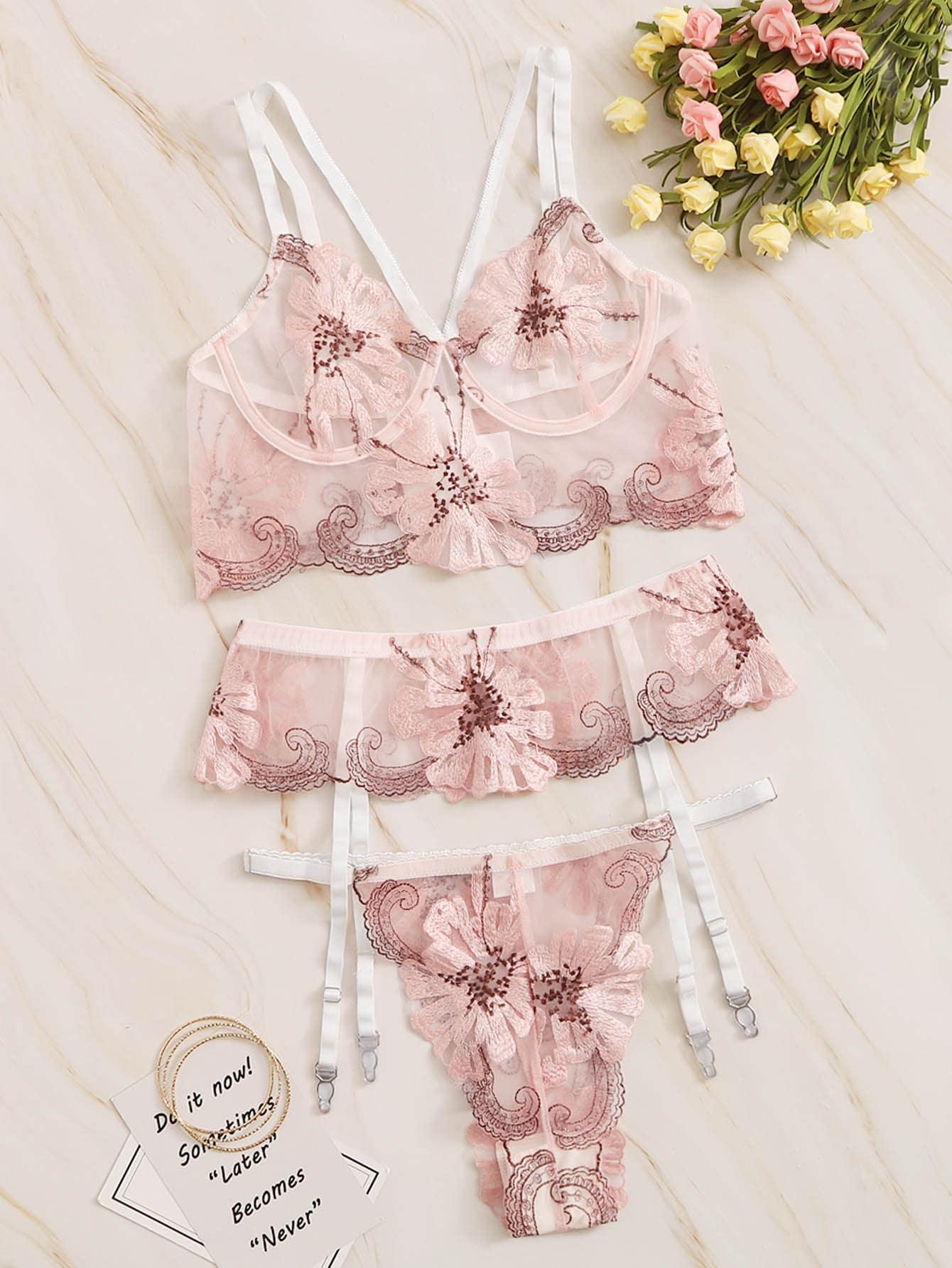 Комплект нижнего белья и подвязки с цветочной вышивкой