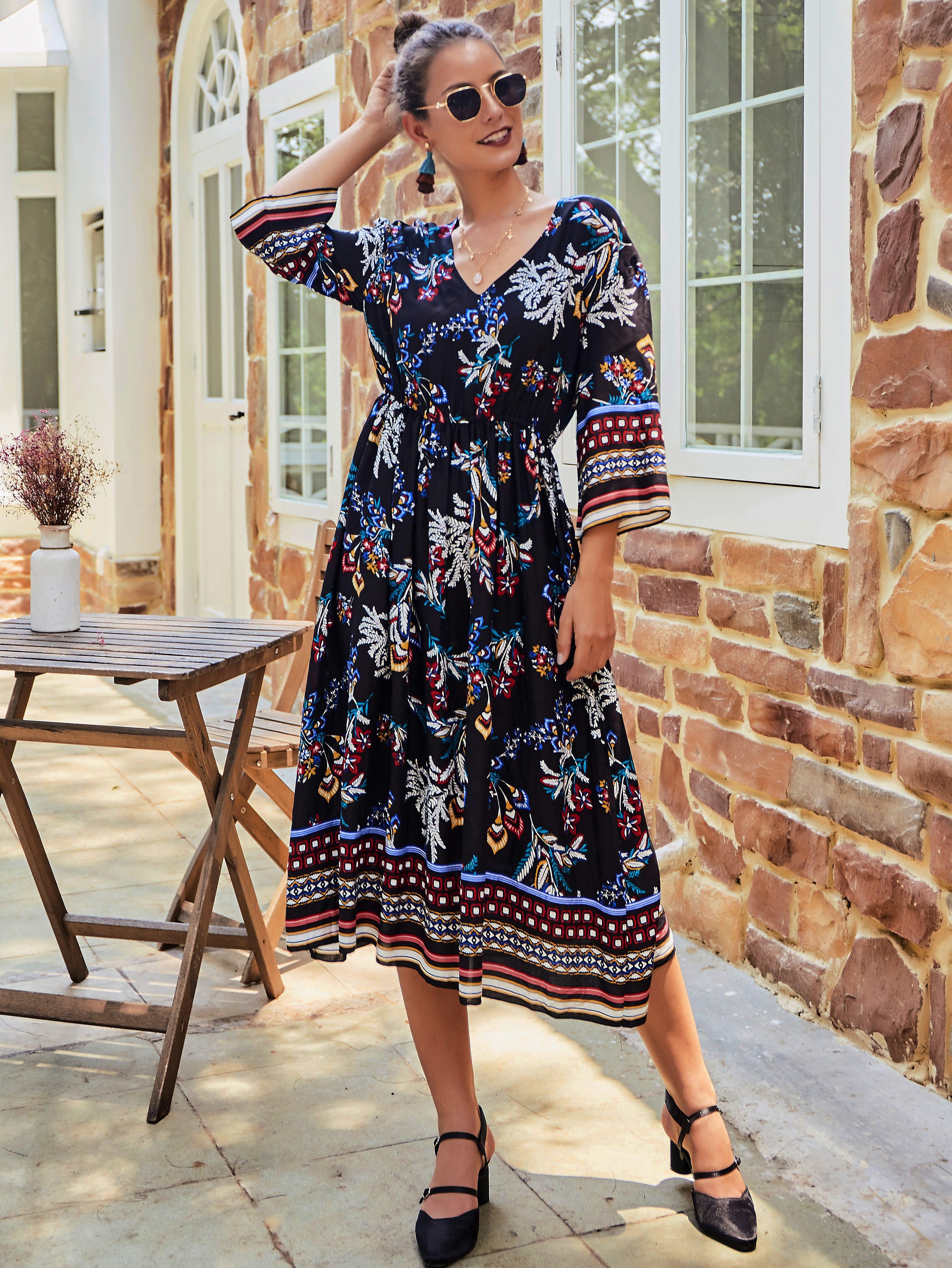 Цветочное платье с v-образным вырезом и племенным принтом