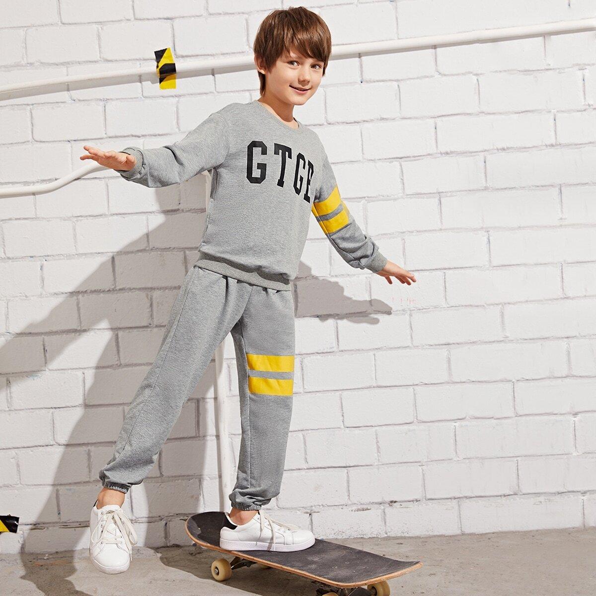Брюки и полосатая толстовка с текстовым принтом для мальчиков от SHEIN