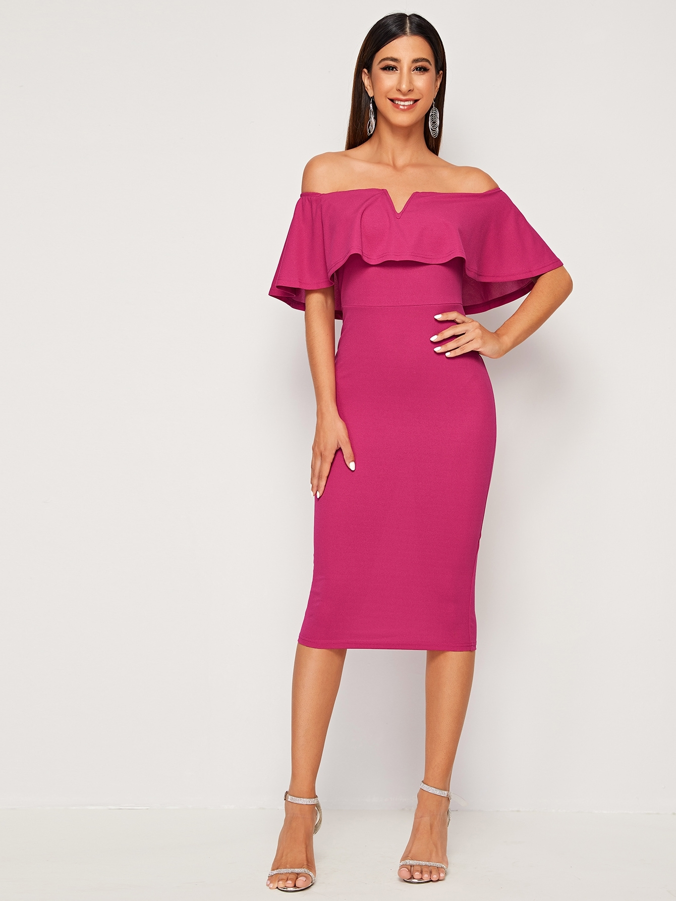 Платье-карандаш с оборкой и открытым плечом