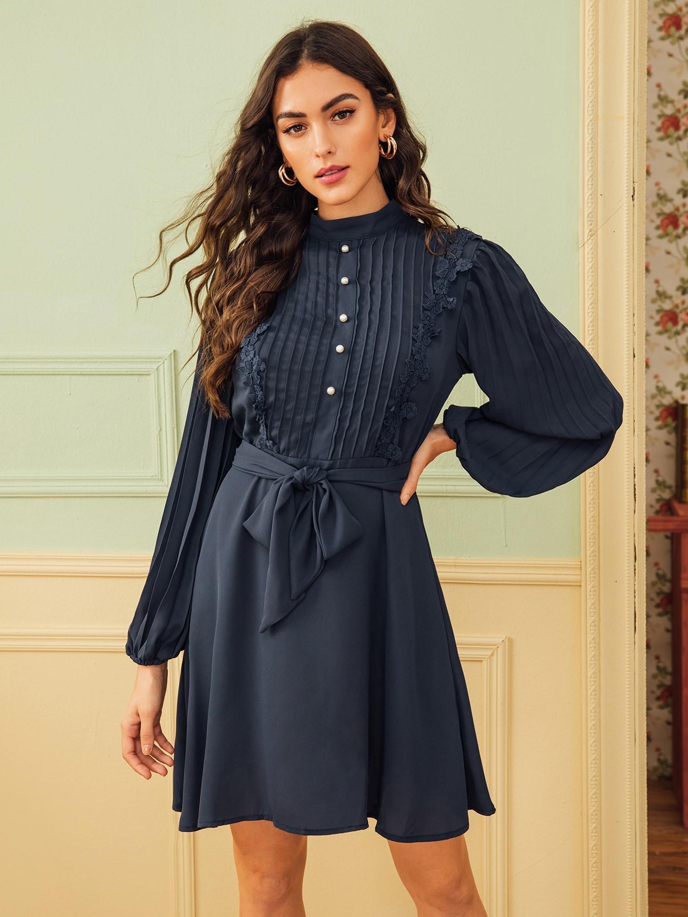 Плиссированное платье с кружевной отделкой и поясом