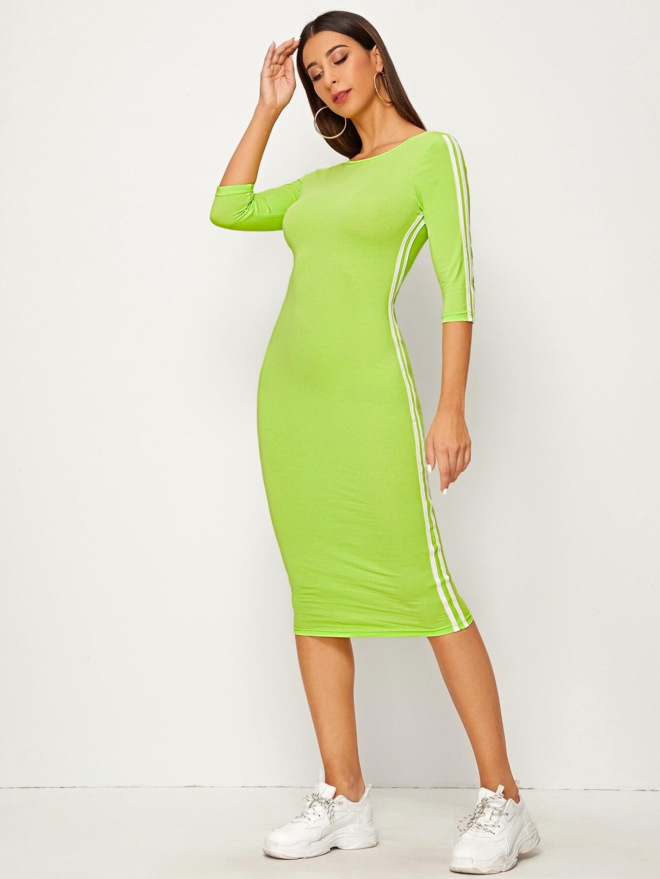 Неоновое облегающее платье с полосками