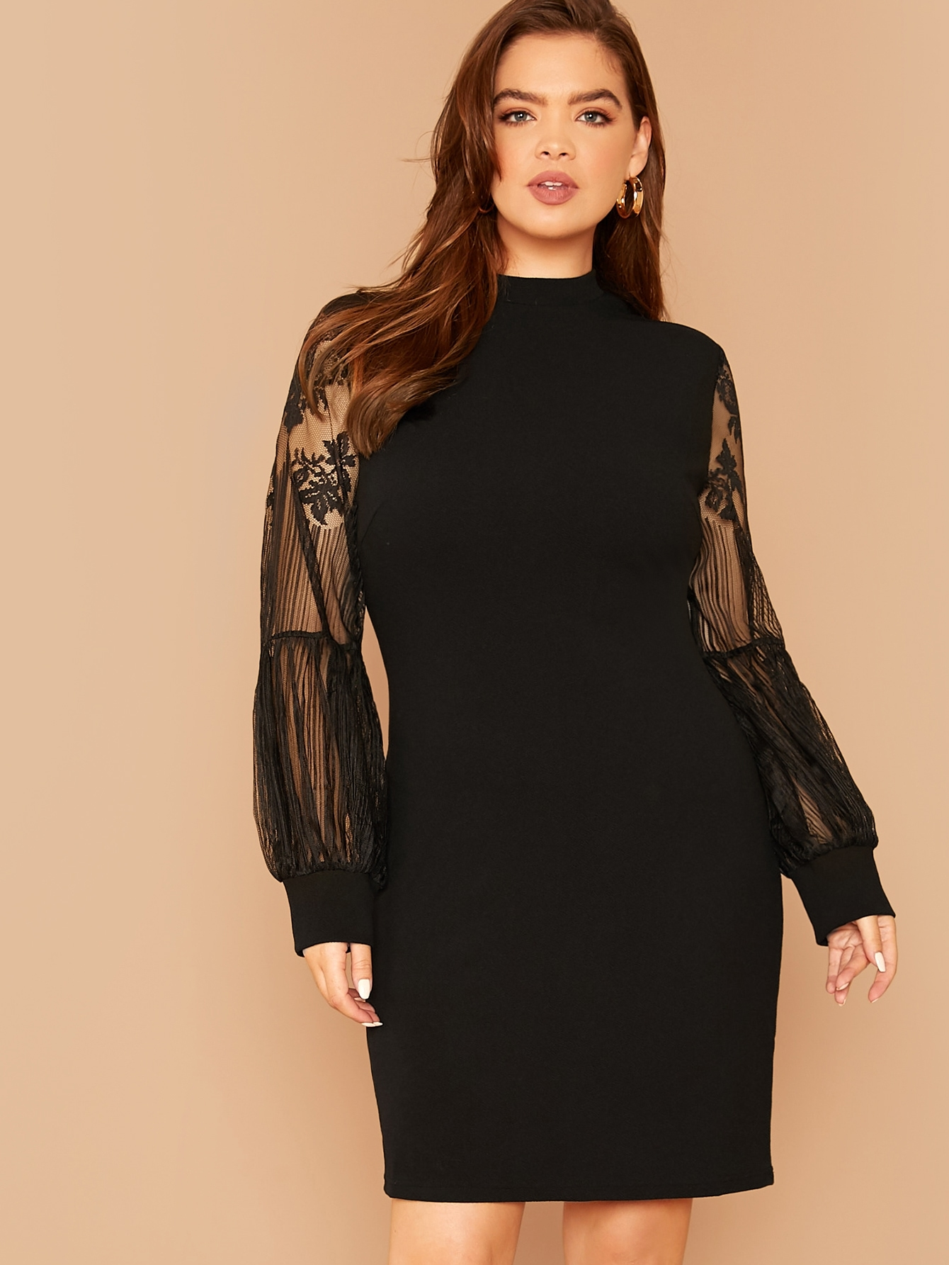 Платье размера плюс с воротником-стойкой и кружевным рукавом
