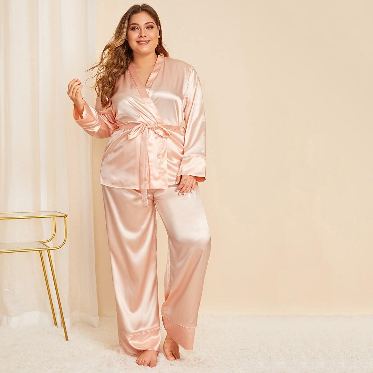 Plus satijnen pyjama set met riem