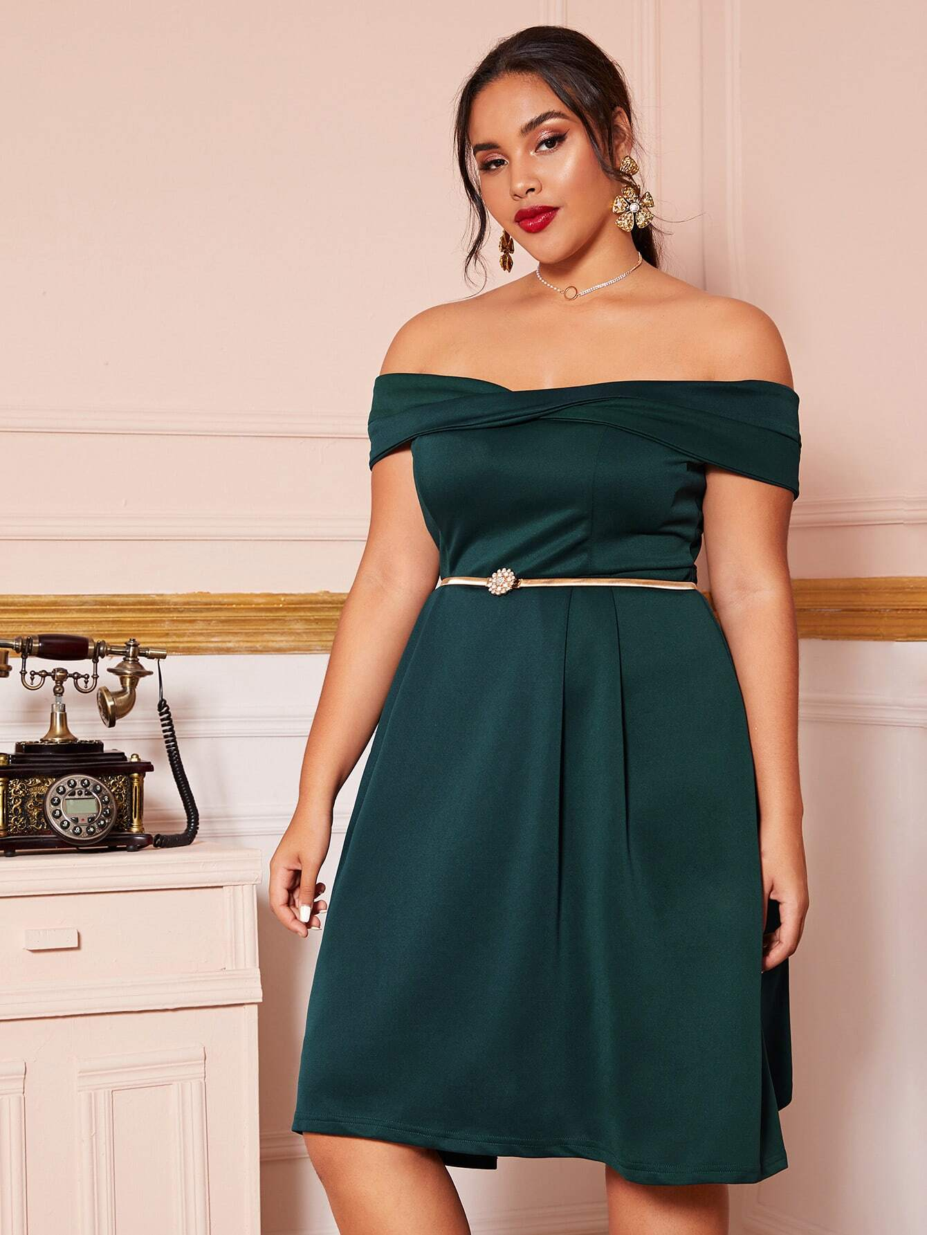 Миди-платье размера плюс с открытыми плечами без пояса