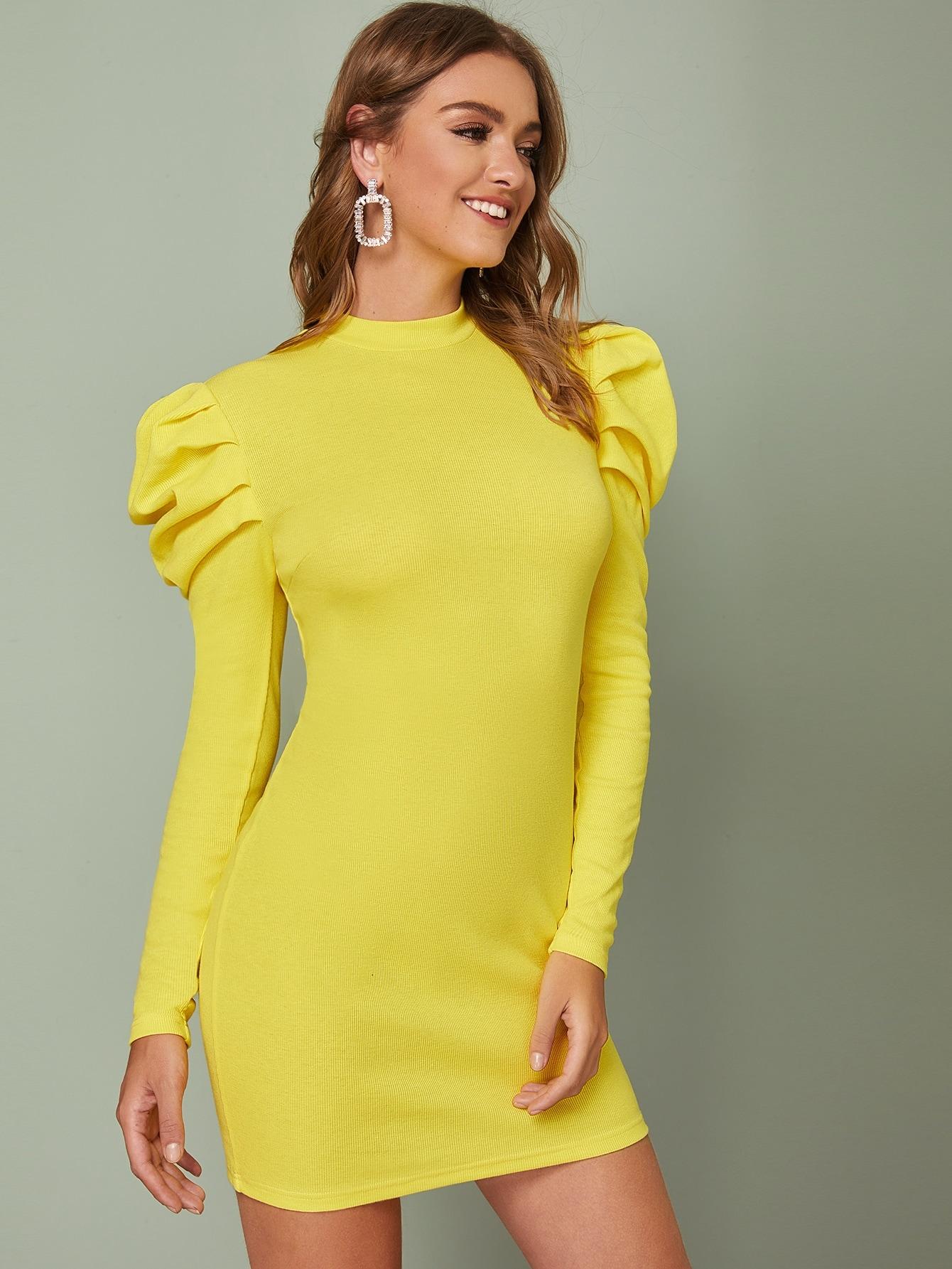 Облегающее платье с пышными рукавами и воротником-стойкой