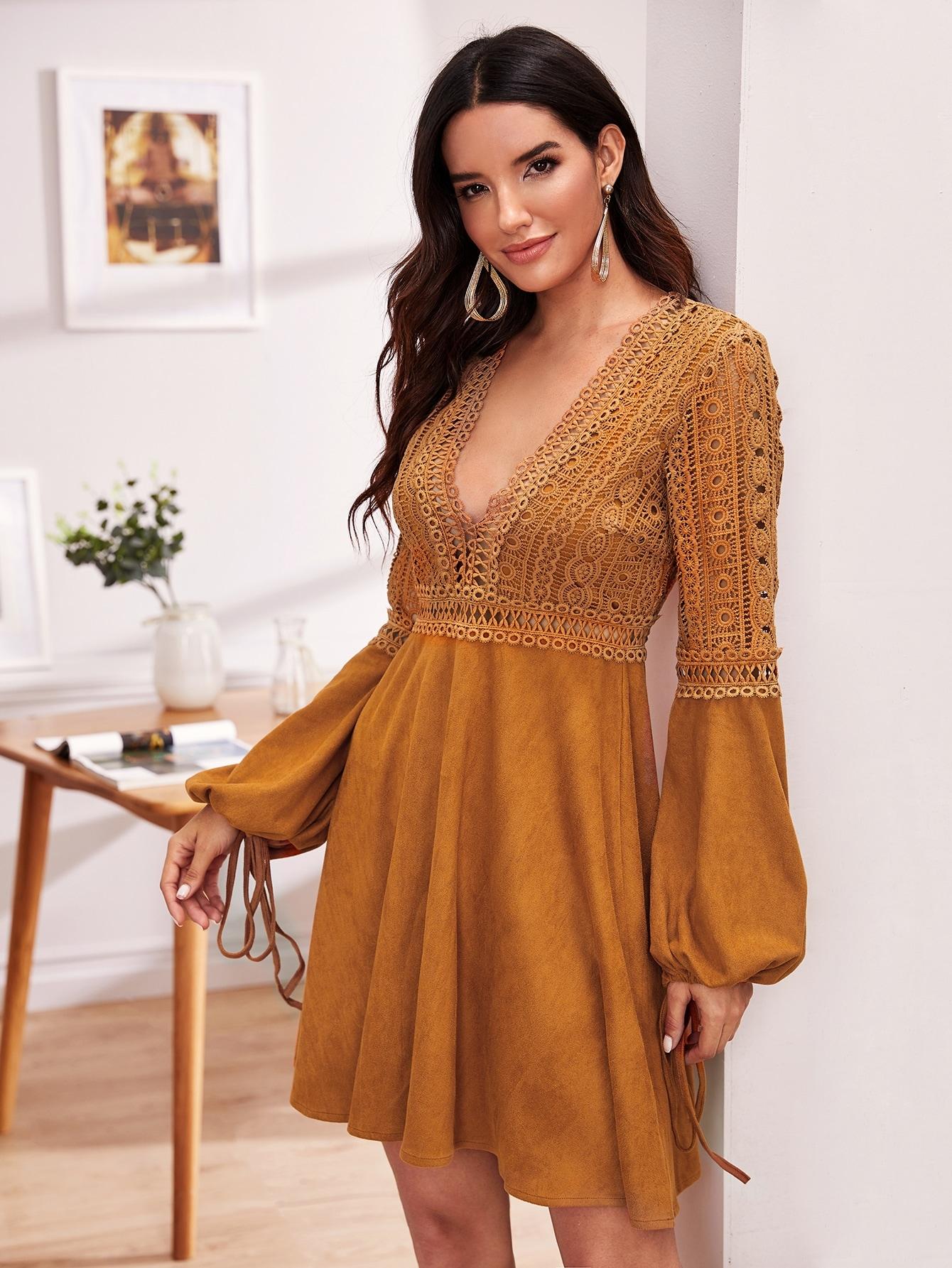 Кружевное замшевое платье с глубоким вырезом