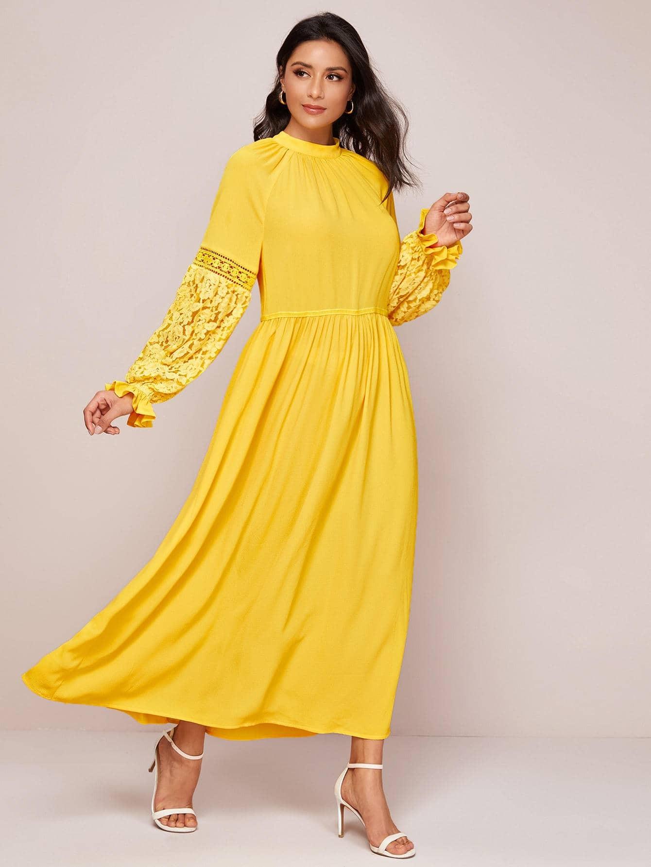 Платье с воротником-стойкой и кружевной вставкой