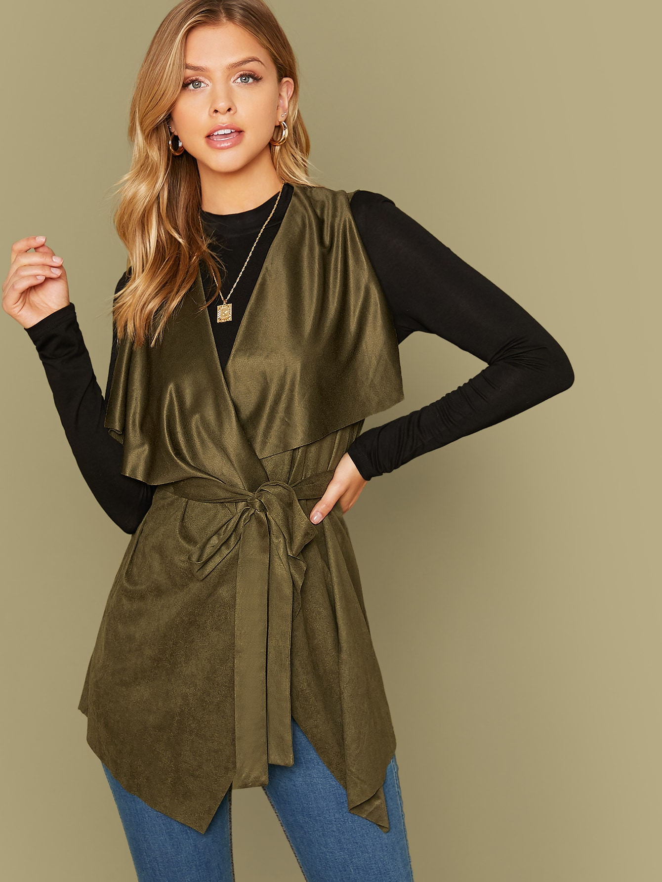 Пальто-жилет с пояосм и асимметричным краем