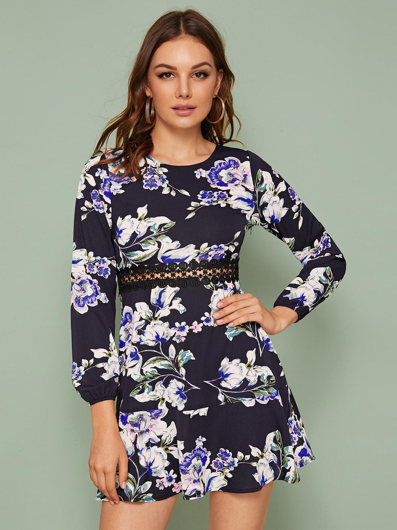 Платье с кружевной вставкой и цветочным принтом