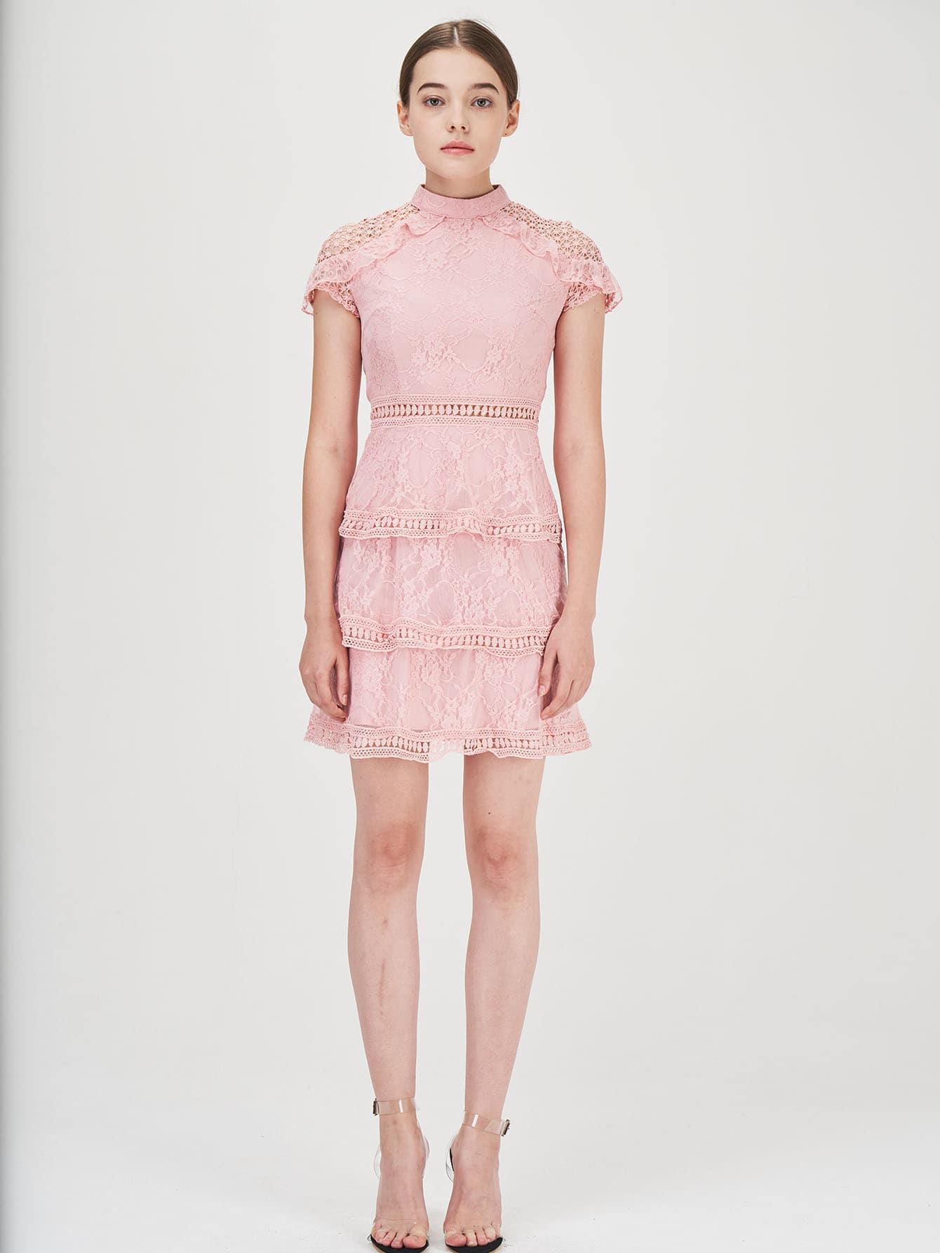 Многослойное кружевное платье с воротником-стойкой