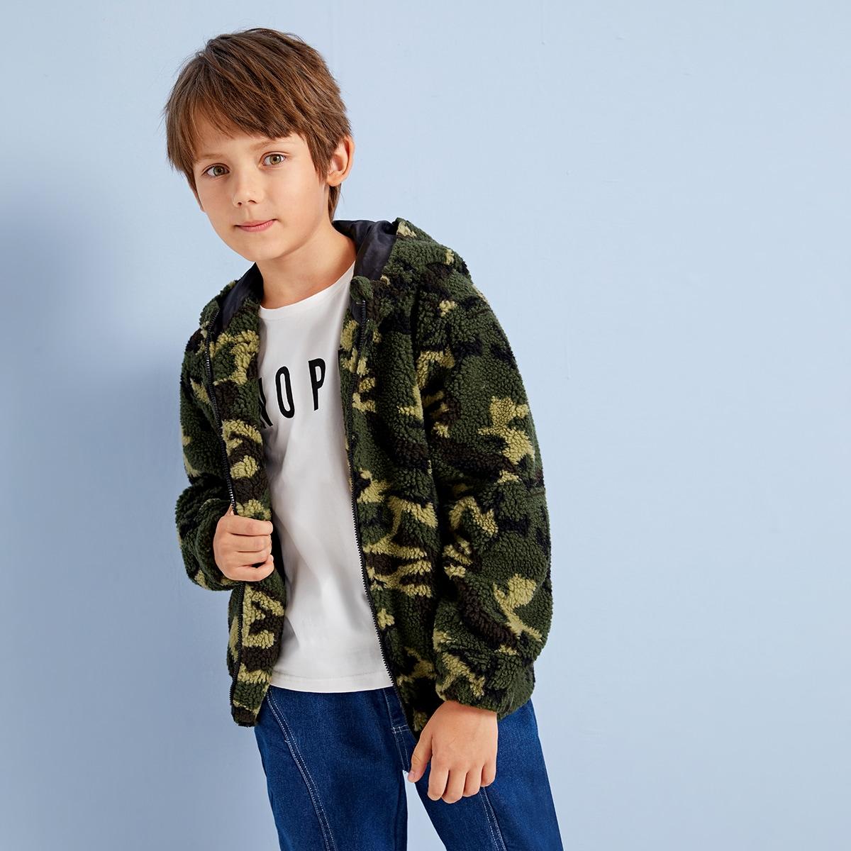 Плюшевая куртка на молнии с капюшоном и камуфляжным принтом для мальчиков от SHEIN