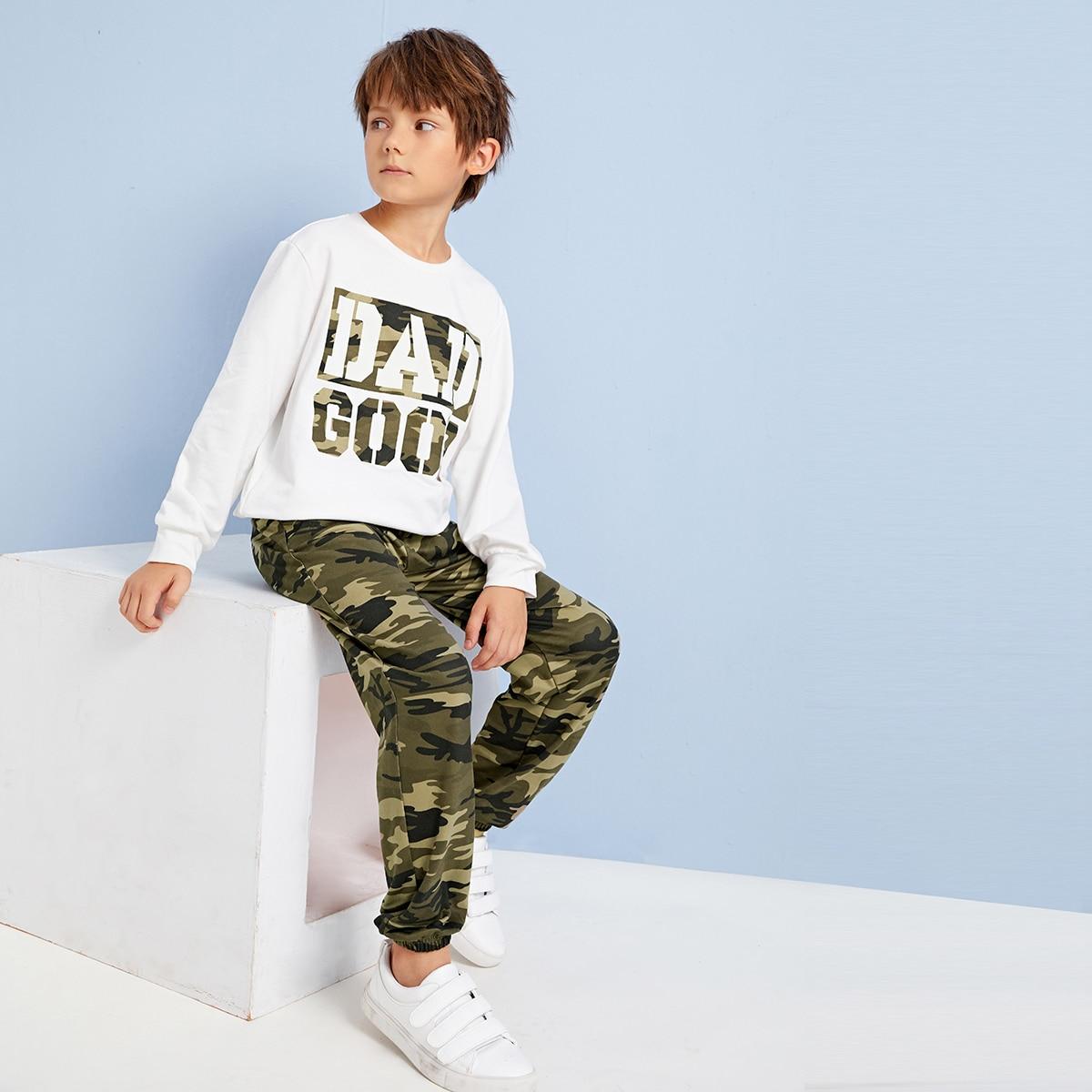 Пуловер с камуфляжным текстовым принтом и брюки для мальчиков от SHEIN