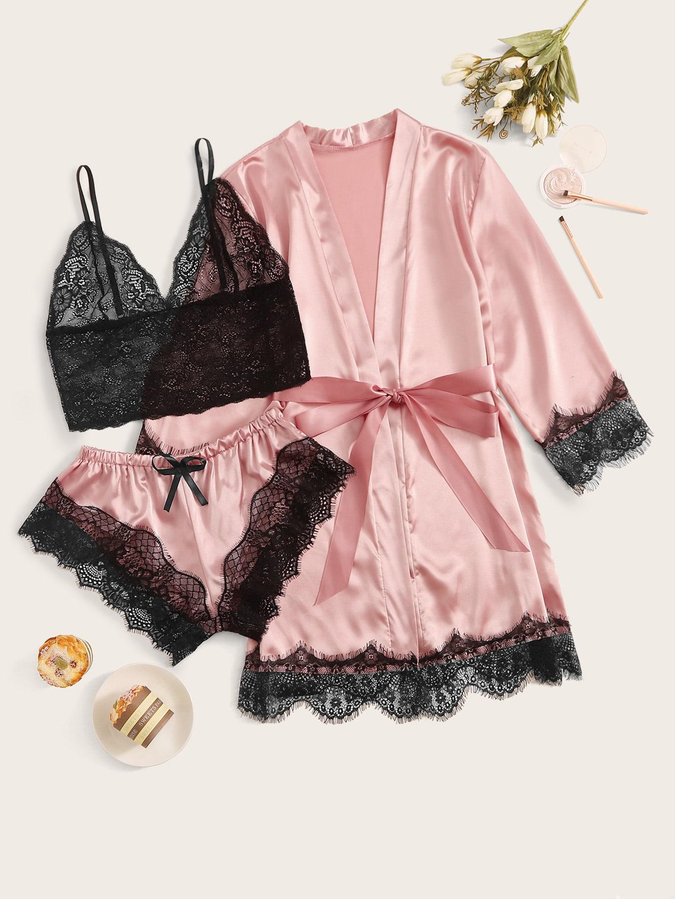 Кружевной бюстгальтер, атласные шорты и халат с поясом