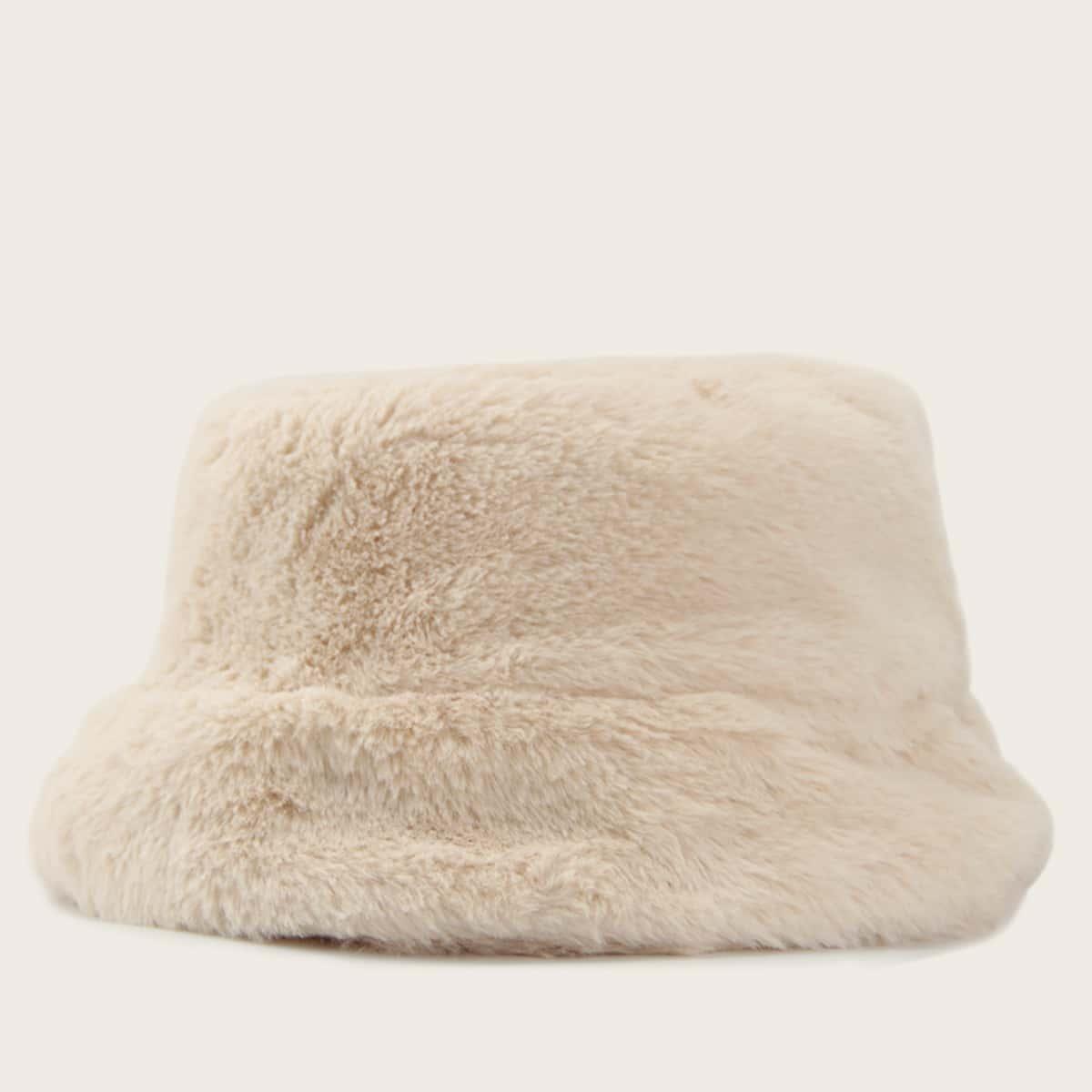 Однотонная пушистая шапка от SHEIN