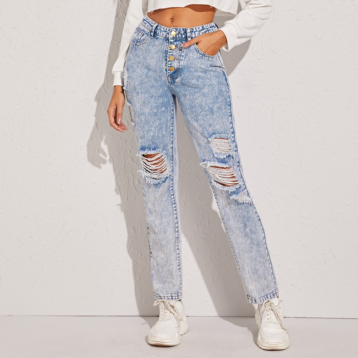 Рваные джинсы с пуговицами