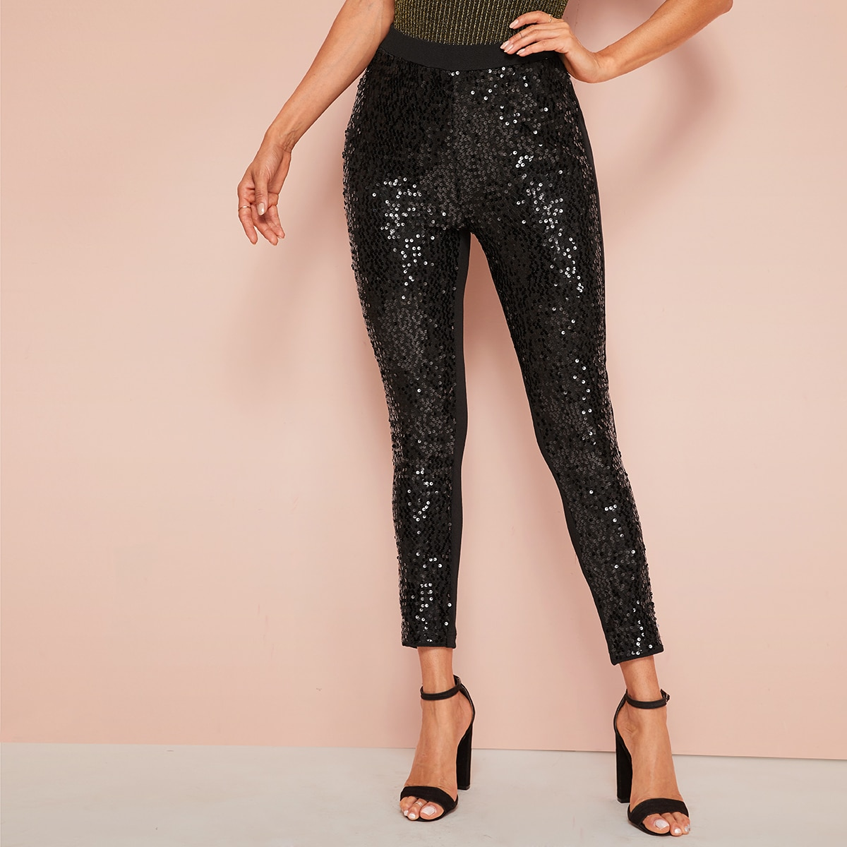 SHEIN / Pantalones ajustados cortos con lentejuelas