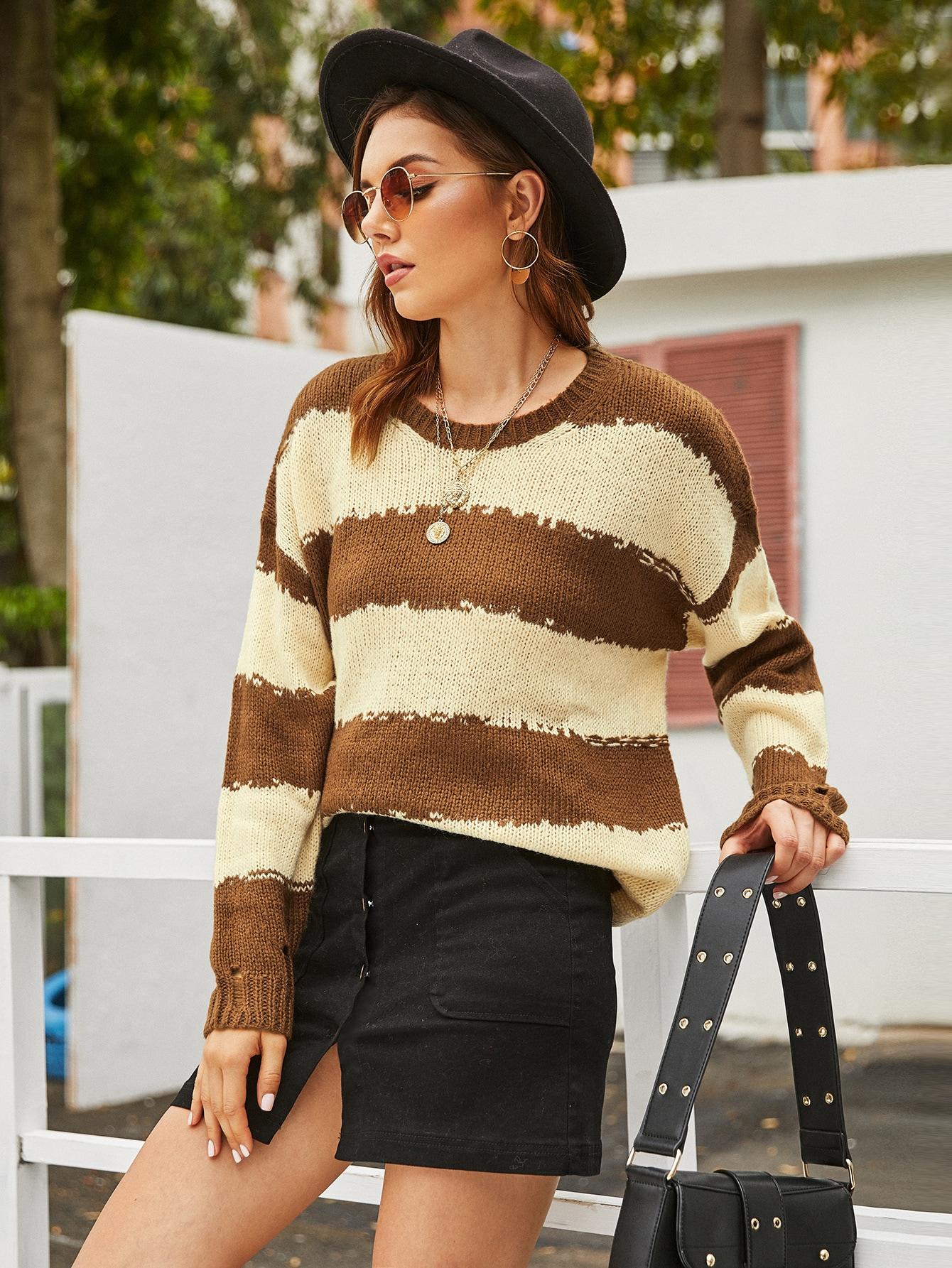 Рваный контрастный свитер в полоску
