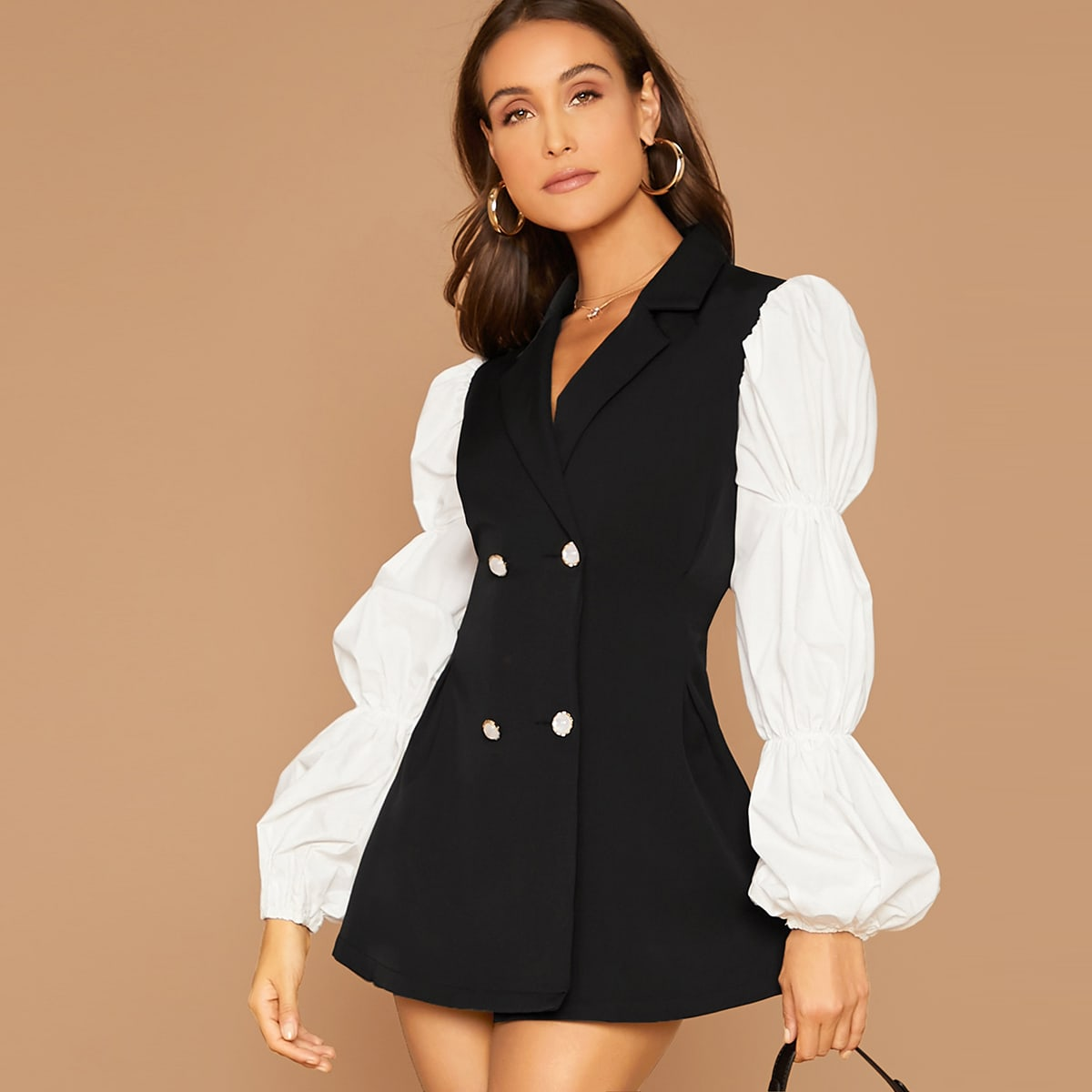 Контрастное двубортное платье-пиджак с оригинальным рукавом