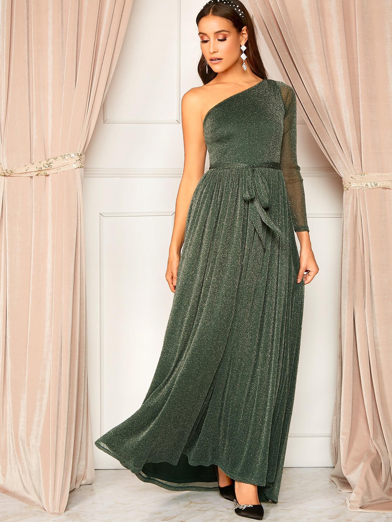 Блестящее плиссированное расклешенное платье на одно плечо с поясом